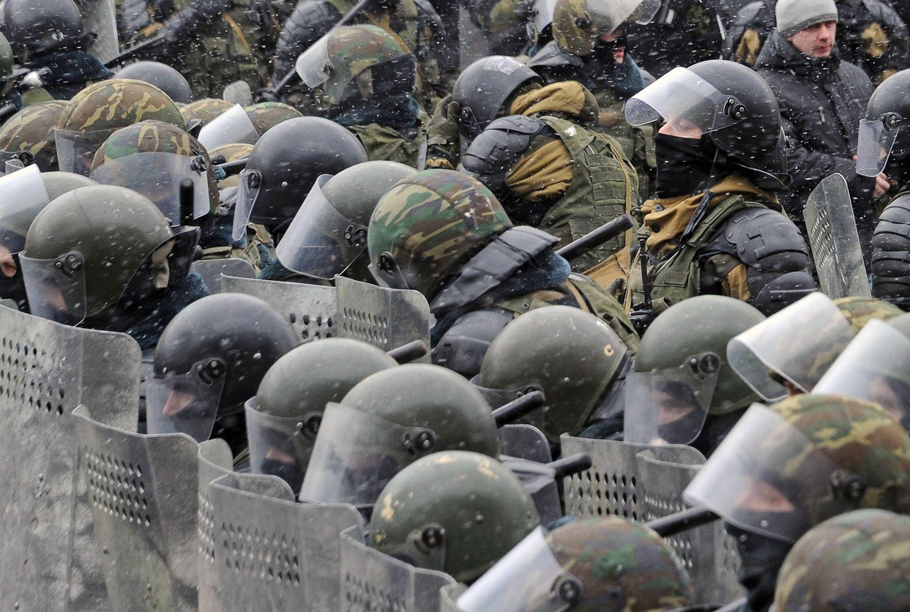 Policías antidisturbios se mantienen en guardia durante una manifestación en Bielorrusia. Foto: AFP