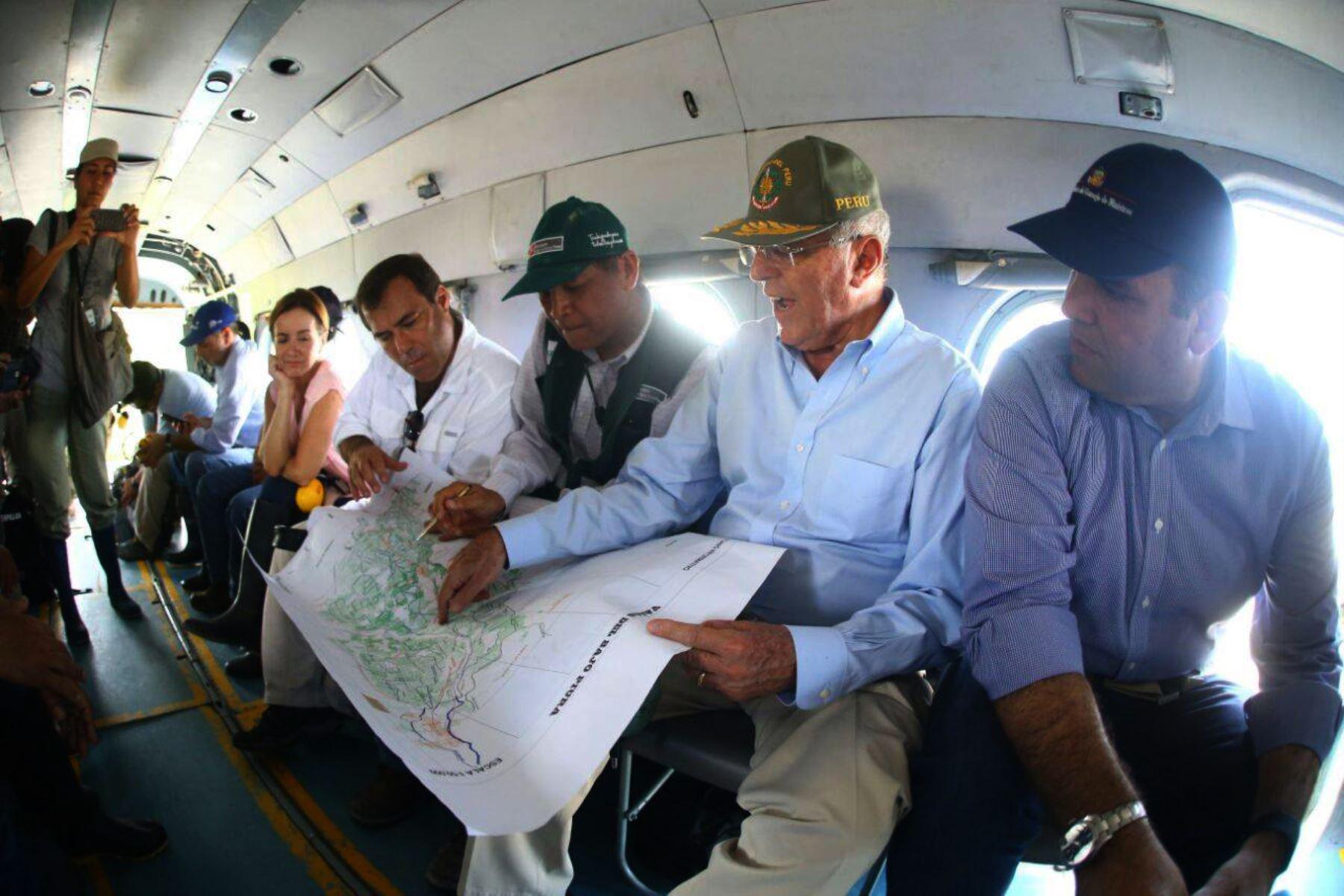 PIURA-PERÚ-MARZO 28. Presidente Pedro Pablo Kuczynski sobrevoló zonas afectadas por inundaciones en Piura. Foto: ANDINA/Prensa Presidencia.