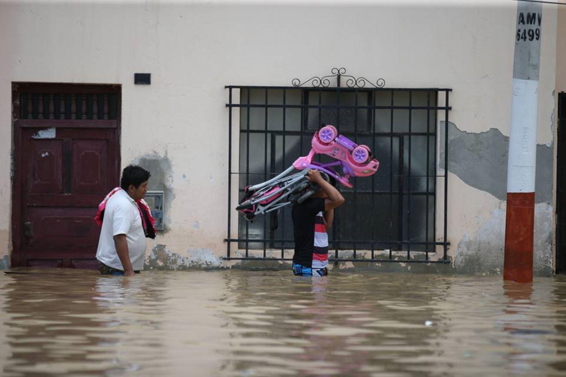 PIURA,PERÚ-MARZO 28.Pobladores del distrito de Castilla evacuan ante inundación por desborde del río Piura. Foto: ANDINA/Oscar Farje Gomero.