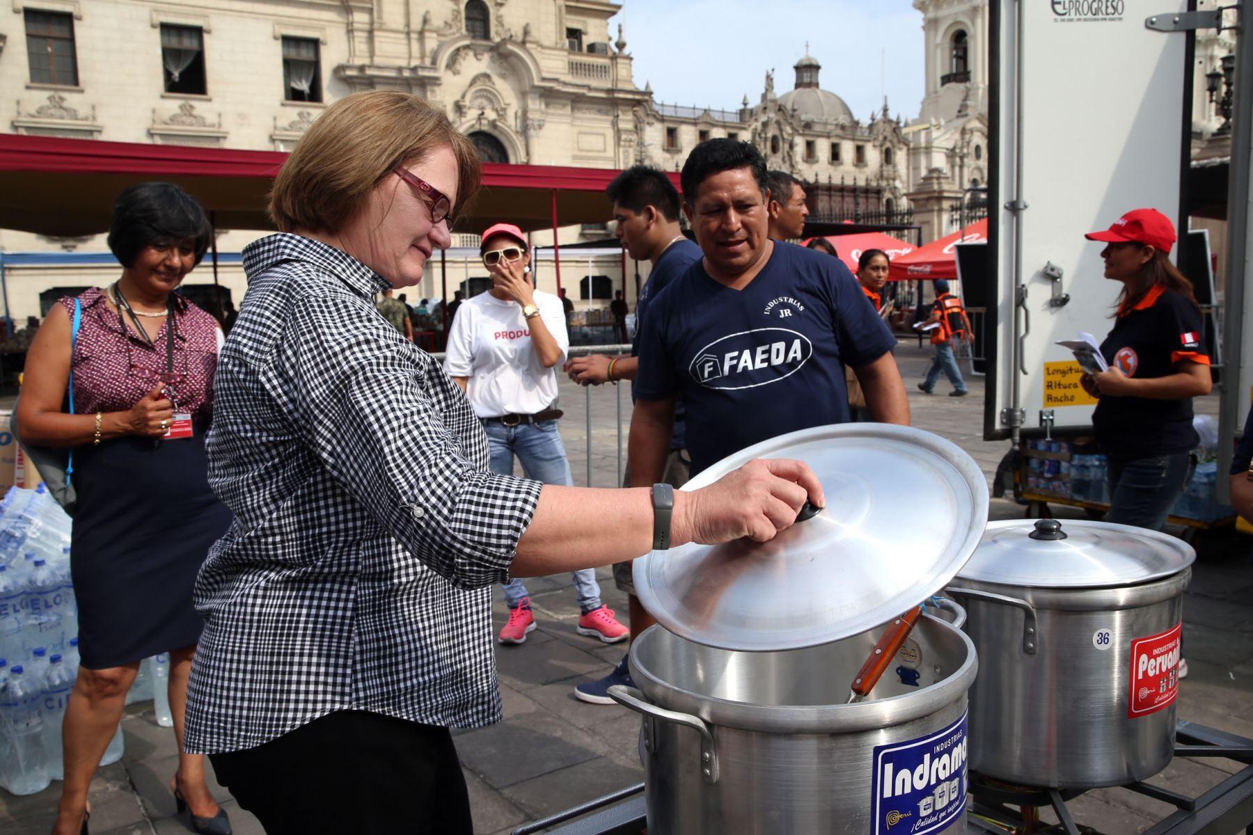 LIMA, PERÚ-MARZO 28. Juan Castañeda, representante de la compañía Faeda, entrega 100 cocinas de gas para los damnificados a la señora Nancy Lange de Kuczynski. Foto: ANDINA/Dante Zegarra.