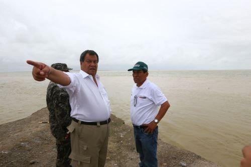 Ministros de Defensa, Jorge Nieto, y de Agricultura, José Hernández, supervisan situación en Piura.