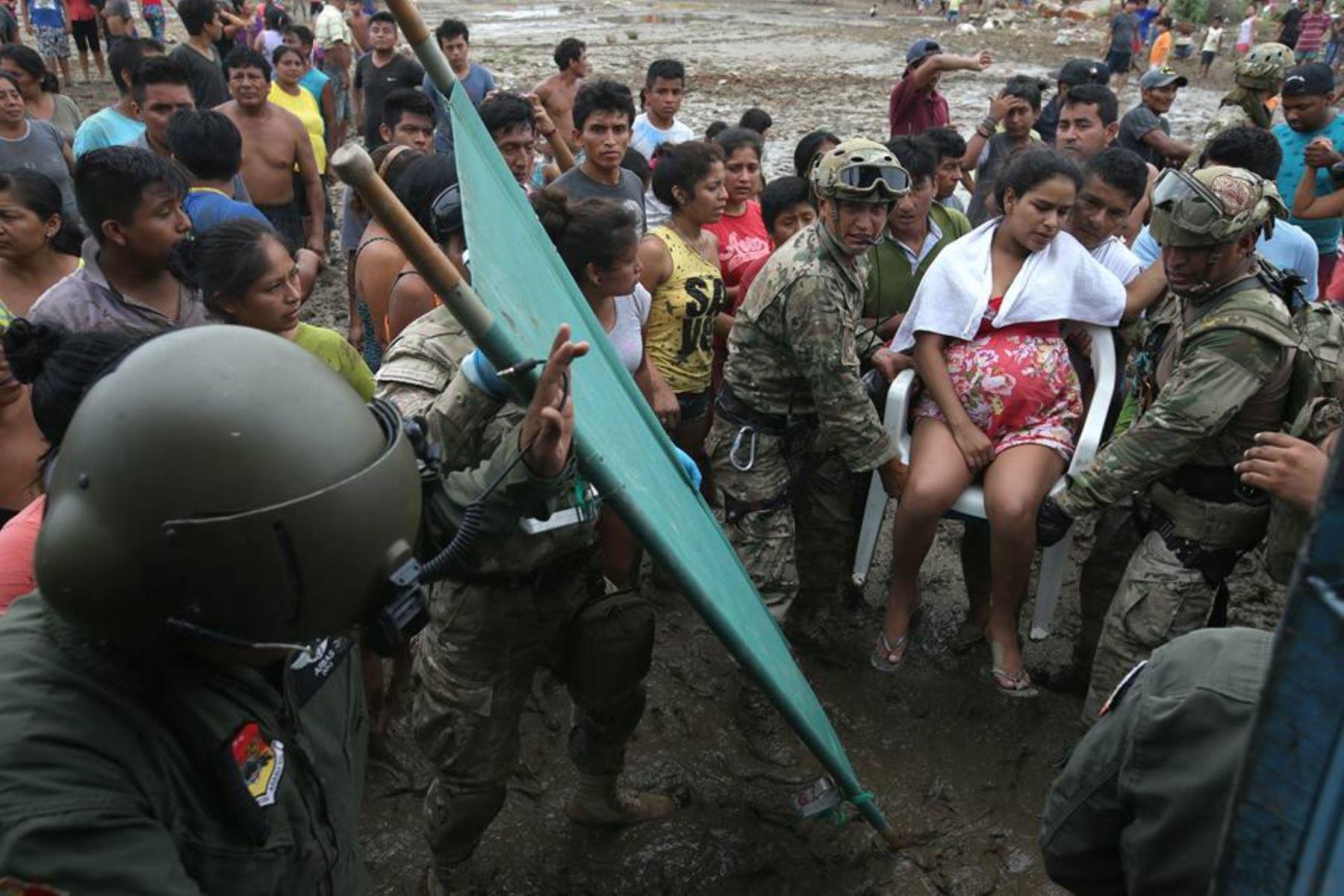 PIURA,PERÚ-MARZO 29. La ayuda humanitaria continúa llegando a los pobladores de Catacaos y caseríos aledaños que están recibiendo el apoyo de las FFAA. En este caso con el apoyo de un helicóptero se evacuó a una señora embarazada. Foto:ANDINA/Oscar Farje Gomero.