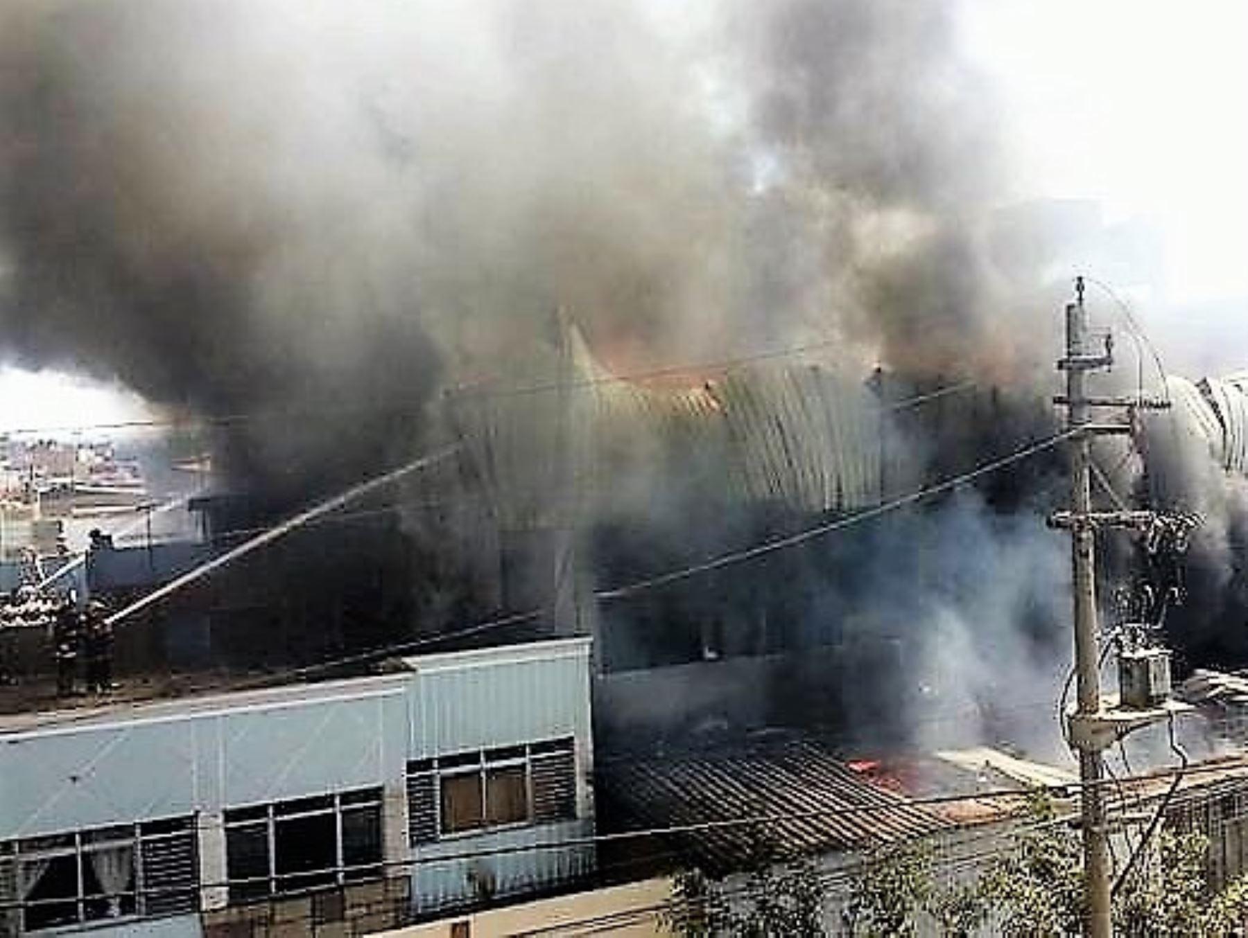 Fuego consume local de muebles en parque industrial de for Parque industrial villa el salvador muebles