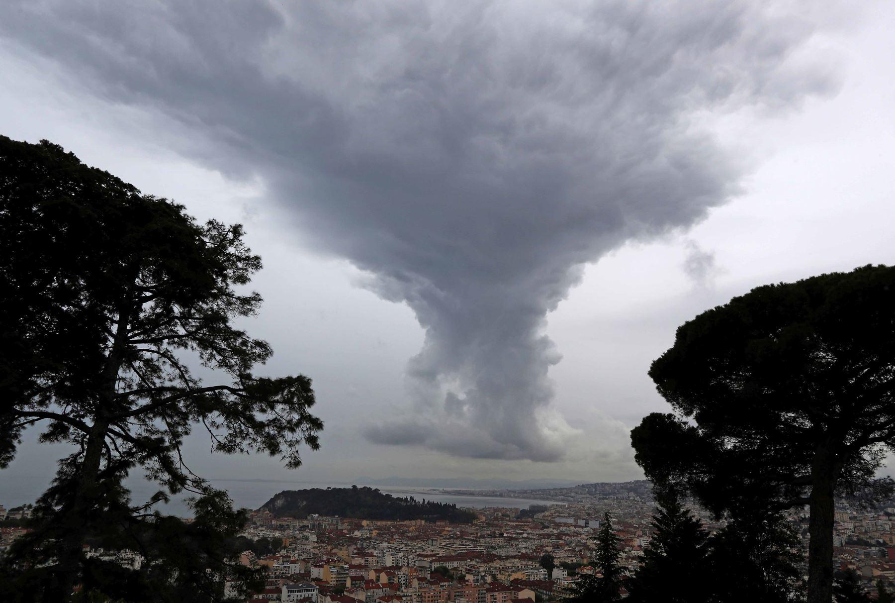 Una tormenta se aproxima sobre la ciudad francesa de Niza. Foto: AFP