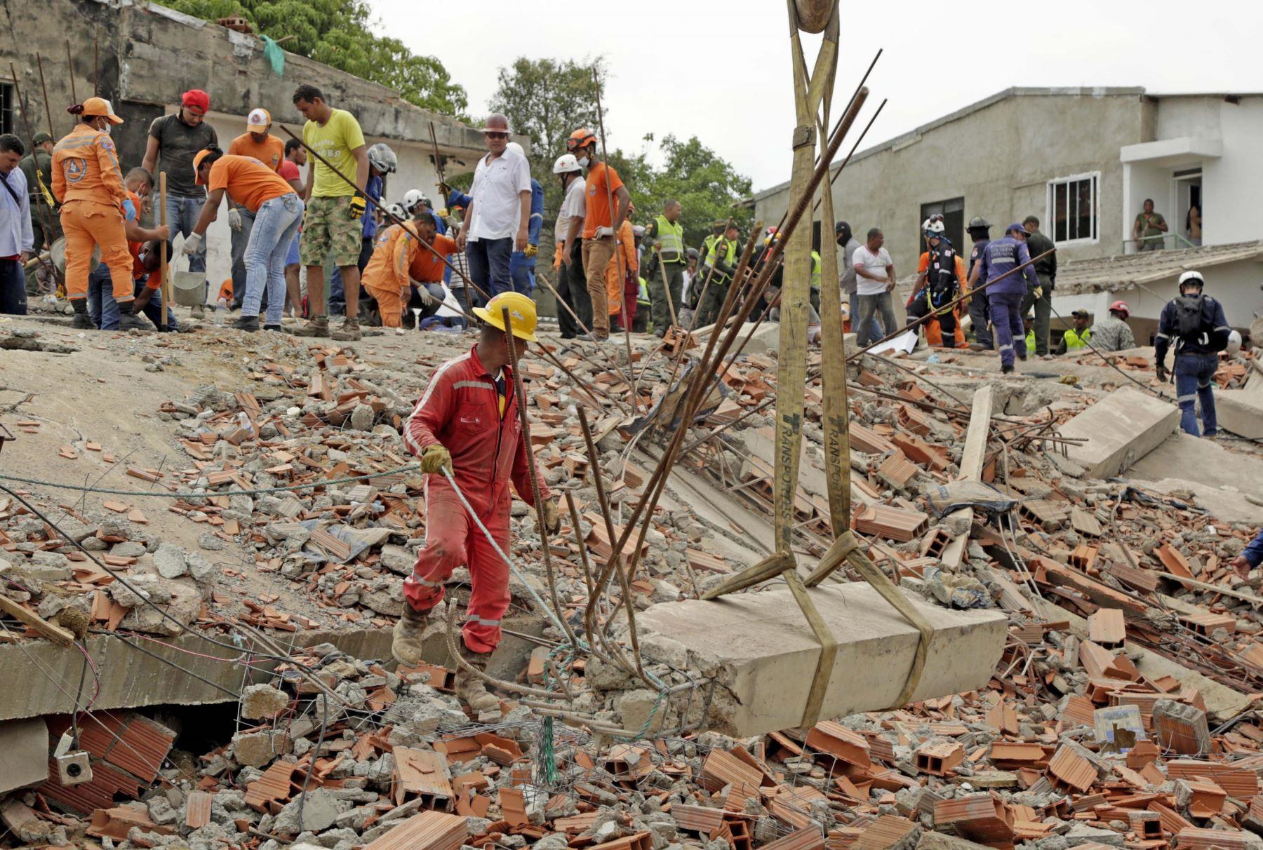 Al menos tres personas murieron y ocho resultaron heridas por el derrumbe de un edificio en construcción en Cartagena de Indias,Colombia. Foto: EFE