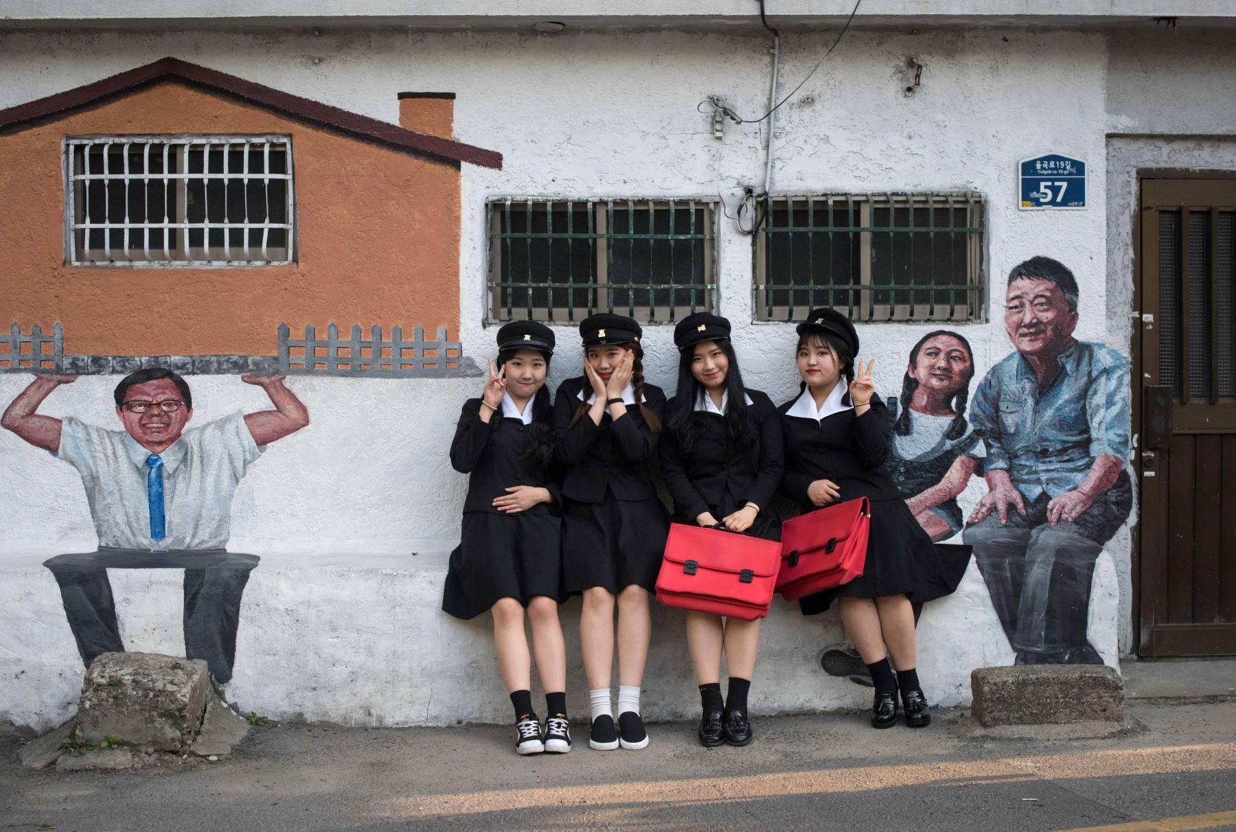 Un grupo de estudiantes posan para una foto en Naksan Seúl. Foto: AFP
