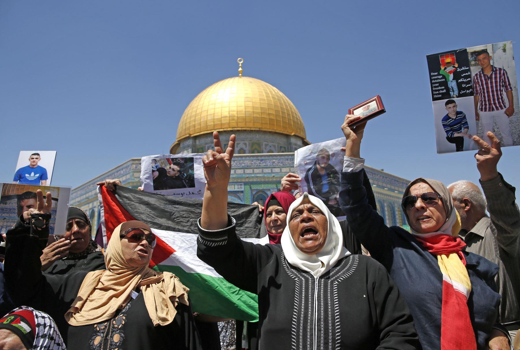 Familiares de palestinos encarcelados, protestan en Jerusalén. Foto: AFP