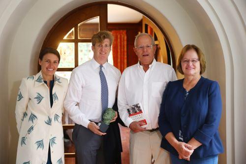 Mandatario recibió saludo de ex congresista de EE. UU., Patrick Kennedy. Foto: Difusión.