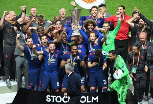 Manchester United levanta la copa