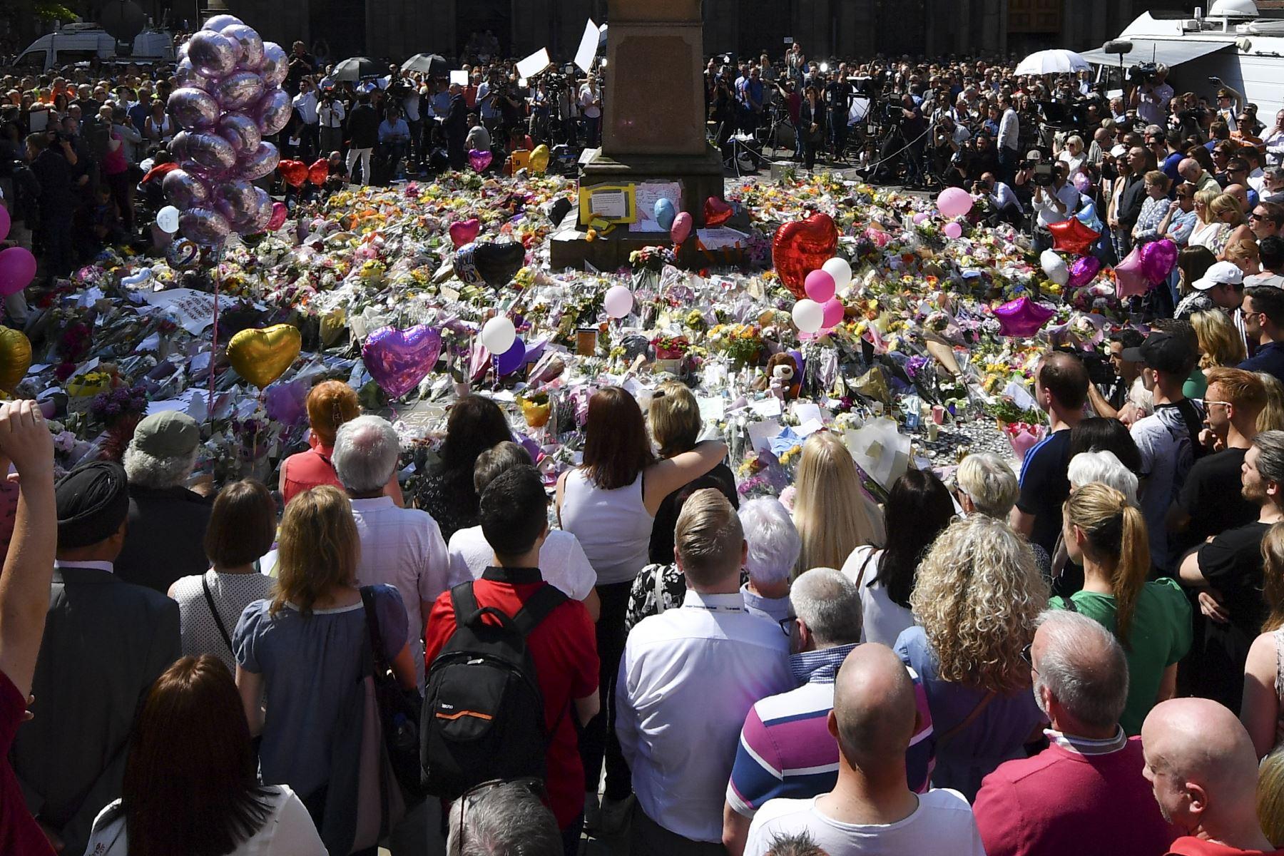 Personas hacen un minuto de silencio por las víctimas del atentado en Manchester. Foto: AFP.