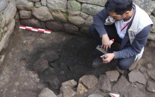 Fragmentos de cerámica inca que habrían sido incinerados después de una ofrenda a la tierra fueron descubiertos por investigadores de la Dirección Desconcentrada de Cultura de Cusco a 30 centímetros de profundidad, en la Sala de los Espejos de la ciudadela de Machu Picchu.