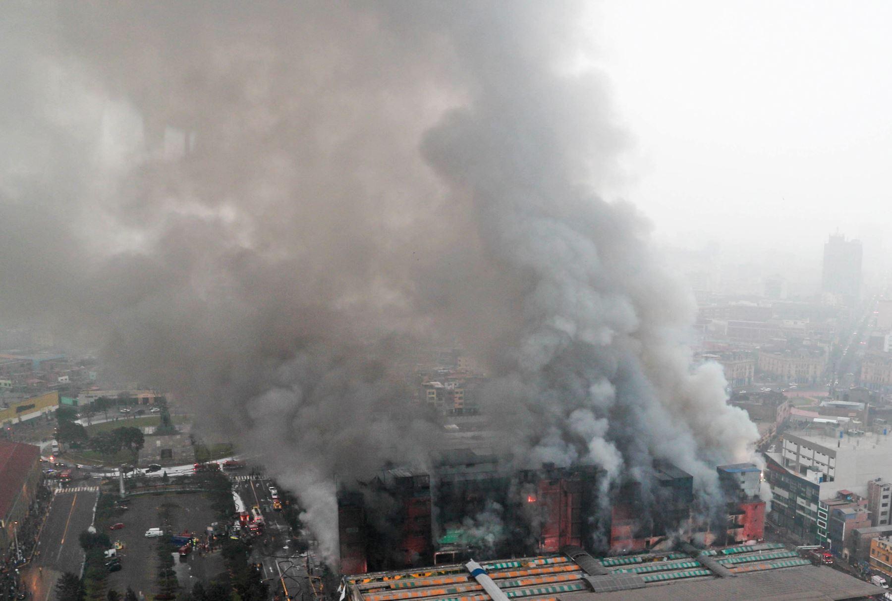 Las Malvinas: gigantesca humareda emana aún de galería incendiada
