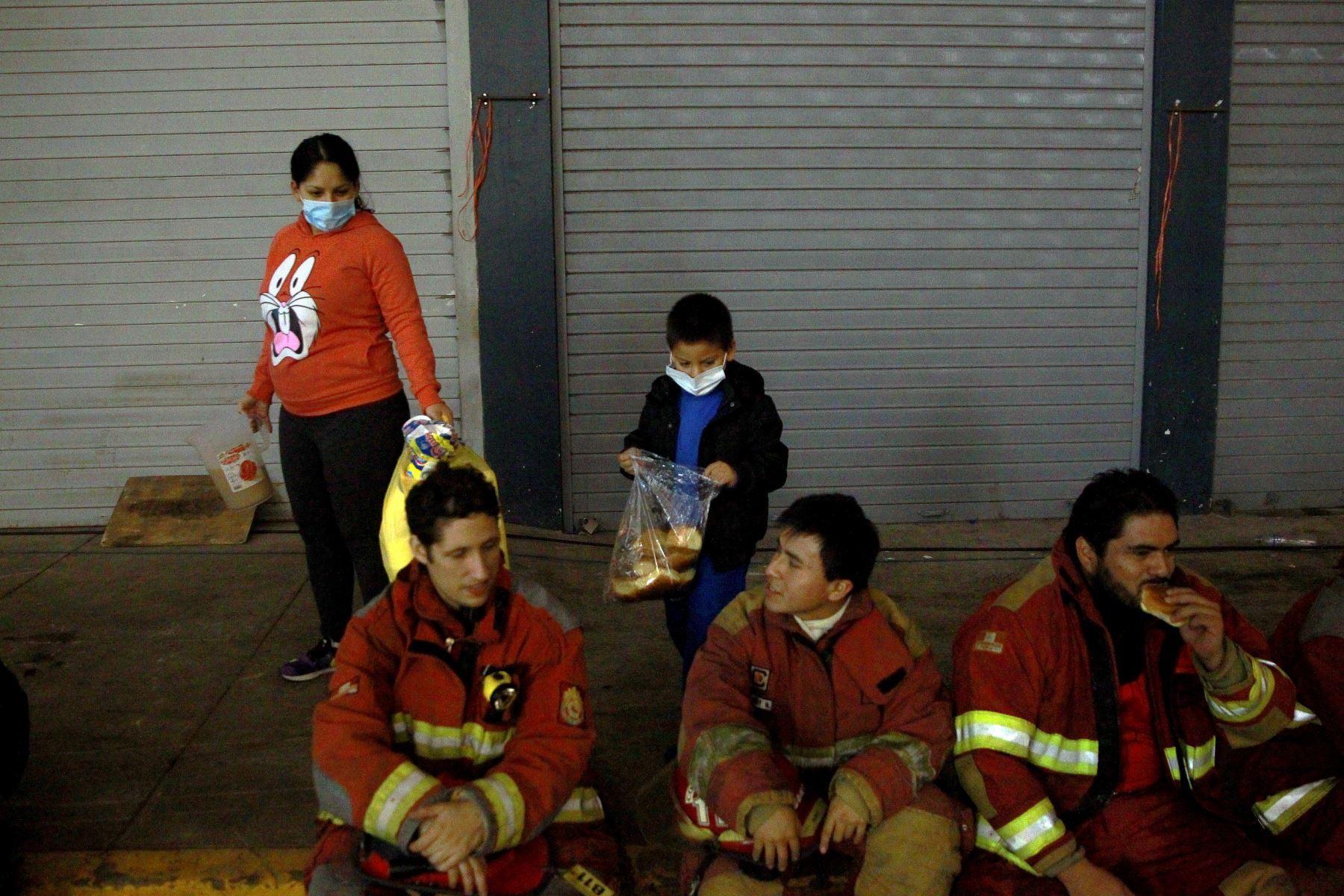 LIMA PERÚ, JUNIO 23. Bomberos continúan luchando por controlar el incendio en la galería Nicolini, en Las Malvinas, pese al cansancio y las largas horas de trabajo. Foto: ANDINA/Luis Iparraguirre