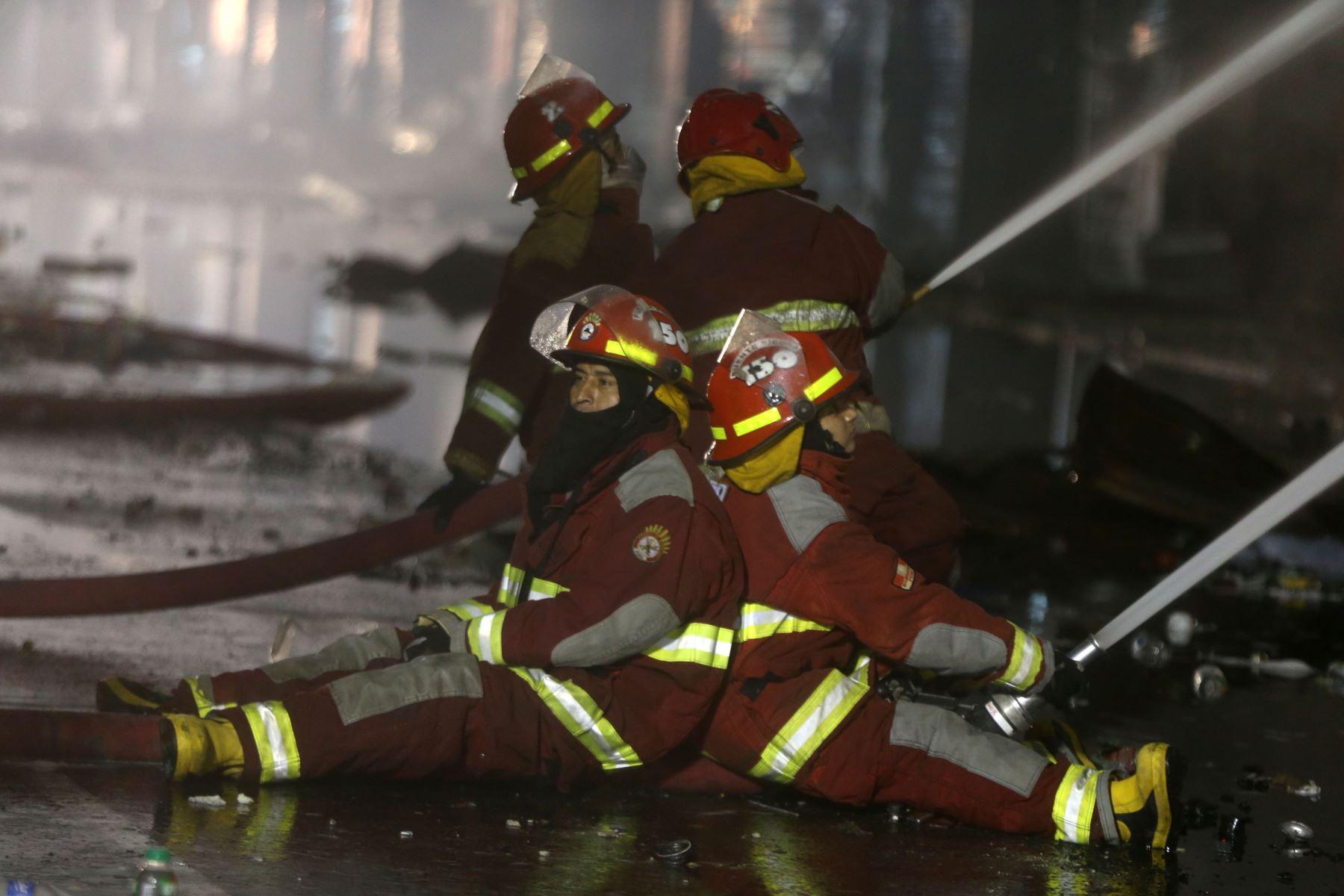 LIMA-PERÚ, JUNIO 24.Bomberos continúan luchando por controlar el incendio en galería Nicolini en las Malvinas, apesar del cansancio y las horas de trabajo.    Foto: ANDINA/Vidal Tarqui