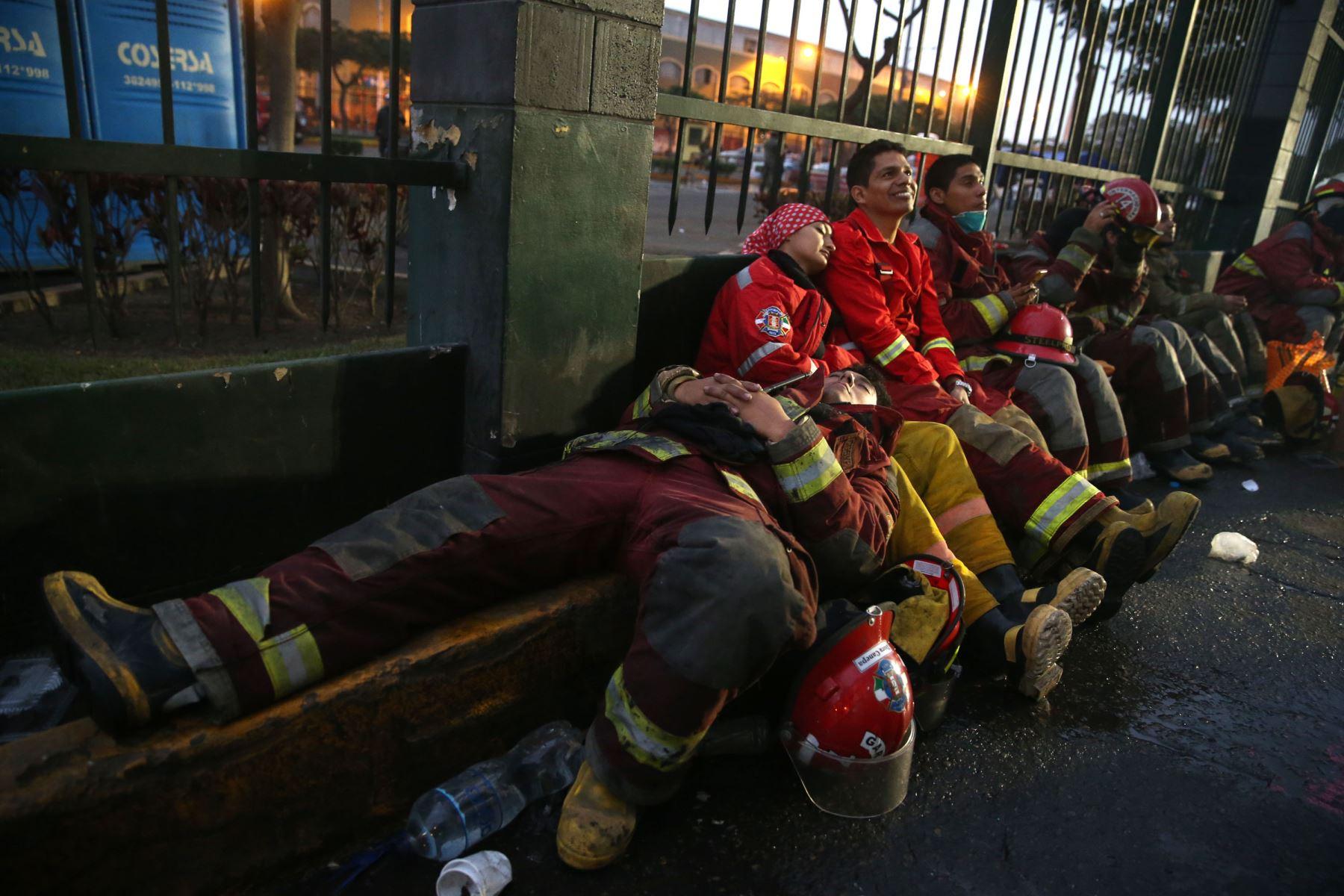 LIMA-PERÚ, JUNIO 24. Bomberos continúan luchando por controlar el incendio en la galería Nicolini, en Las Malvinas, pese al cansancio y las largas horas de trabajo. Foto: ANDINA/Vidal Tarqui