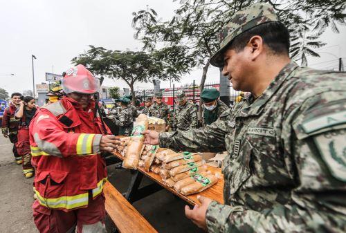 LIMA PERÚ, JUNIO 24.Ejército y Marina llevan más de 500 raciones de desayuno a bomberos. Foto: ANDINA/ Norman Cordova