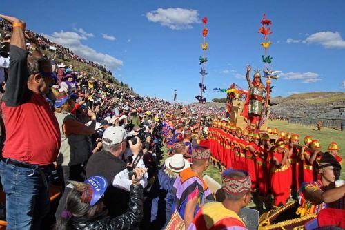 Miles de cusqueños, turistas nacionales y extranjeros vibraron de emoción con la tradicional escenificación del Inti Raymi en la explanada del parque arqueológico de Sacsayhuamán.
