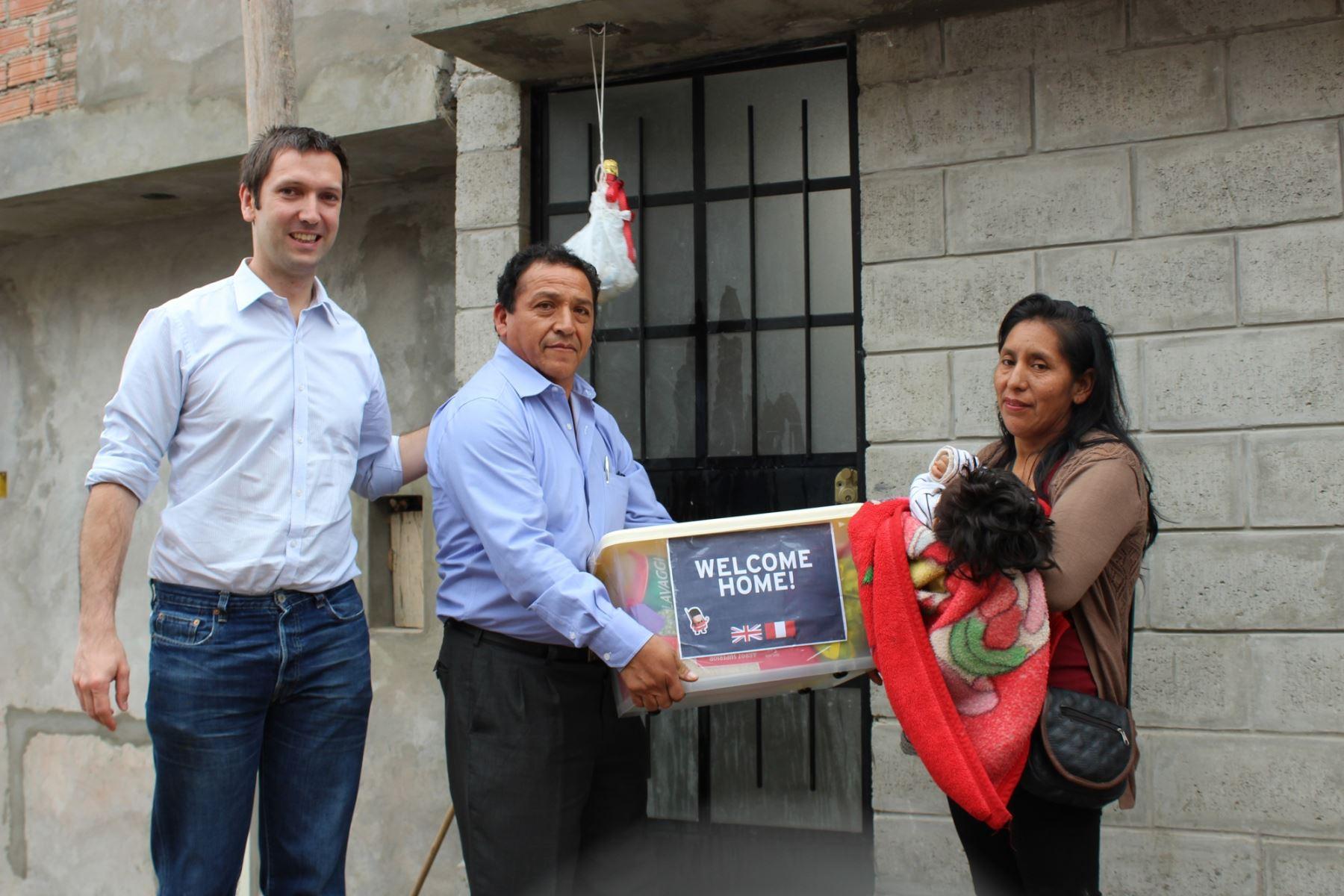 Entrega de innovador de modelo de casa sostenible. Foto: Cortesía embajada británica.