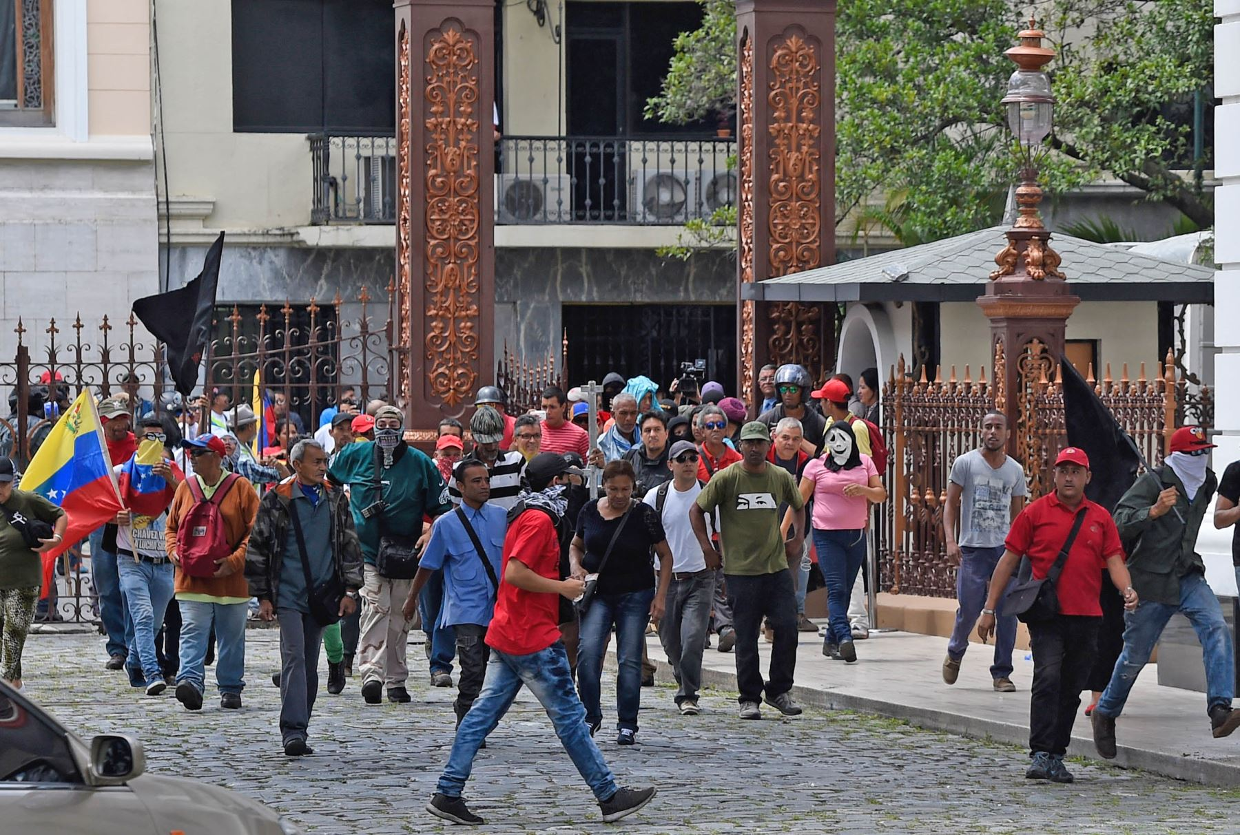 Parlamento de venezuela es atacado por grupo chavista y for Parlamento on line