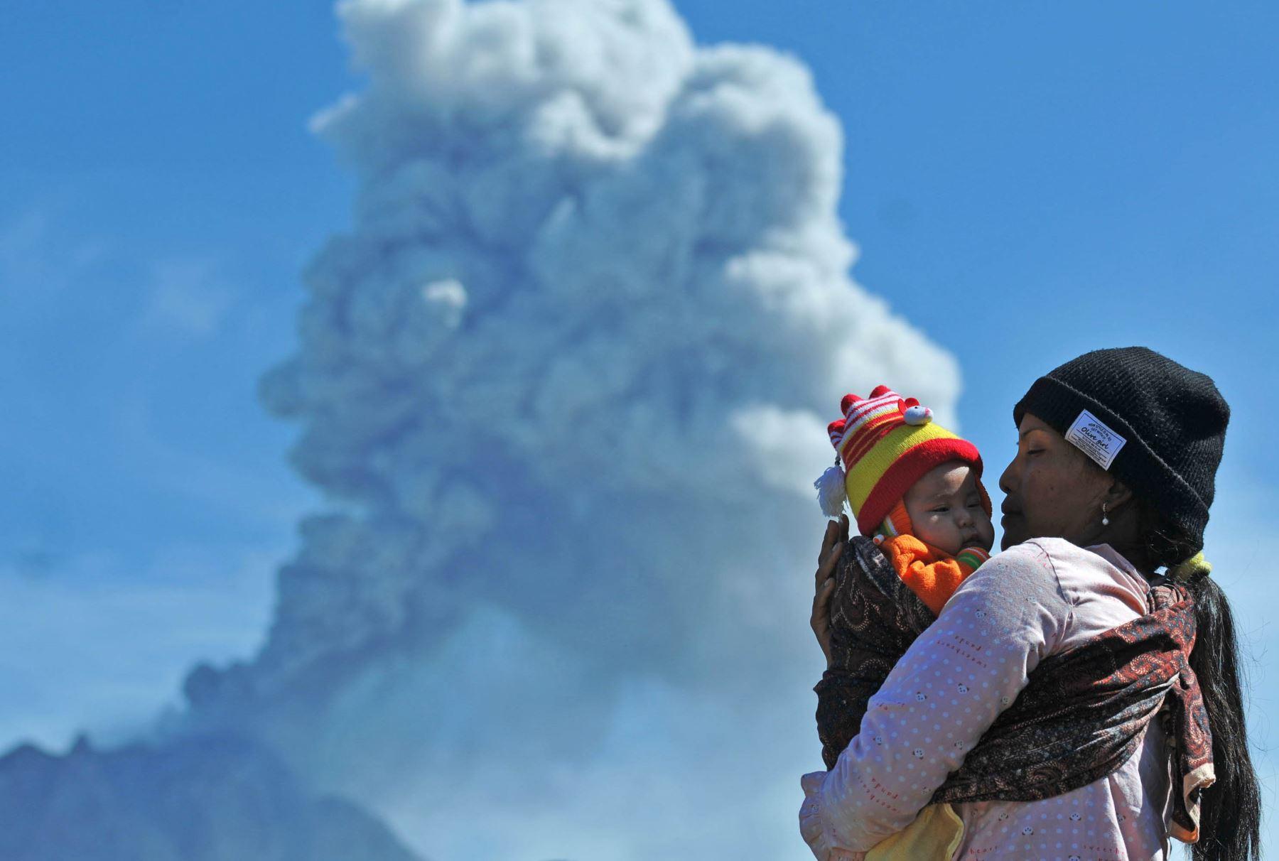El volcán del Monte Sinabung lanza ceniza volcánica gruesa. Foto: AFP