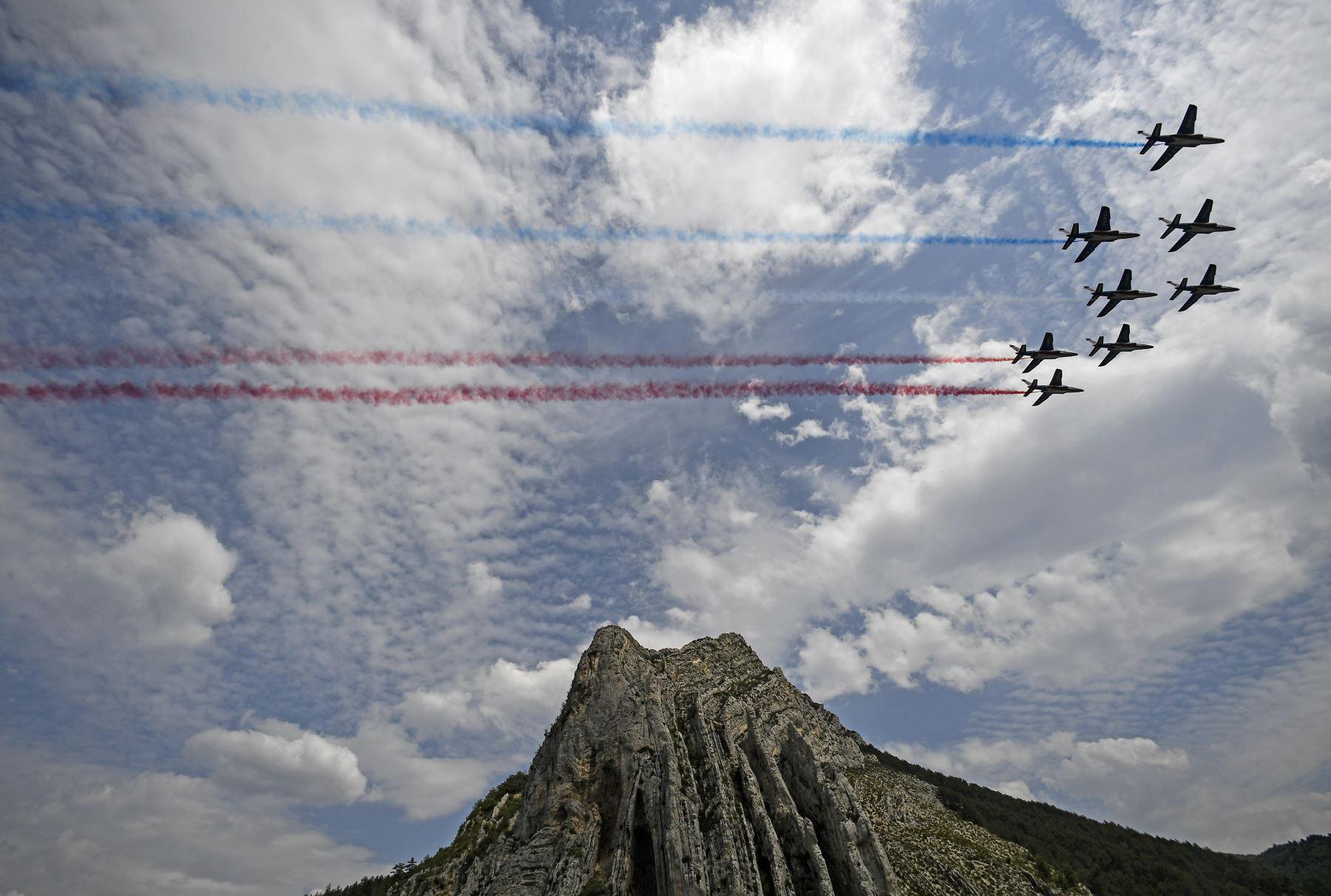 Los AlphaJet francés vuelan sobre el Rocher de la Baume en Francia. Foto: AFP