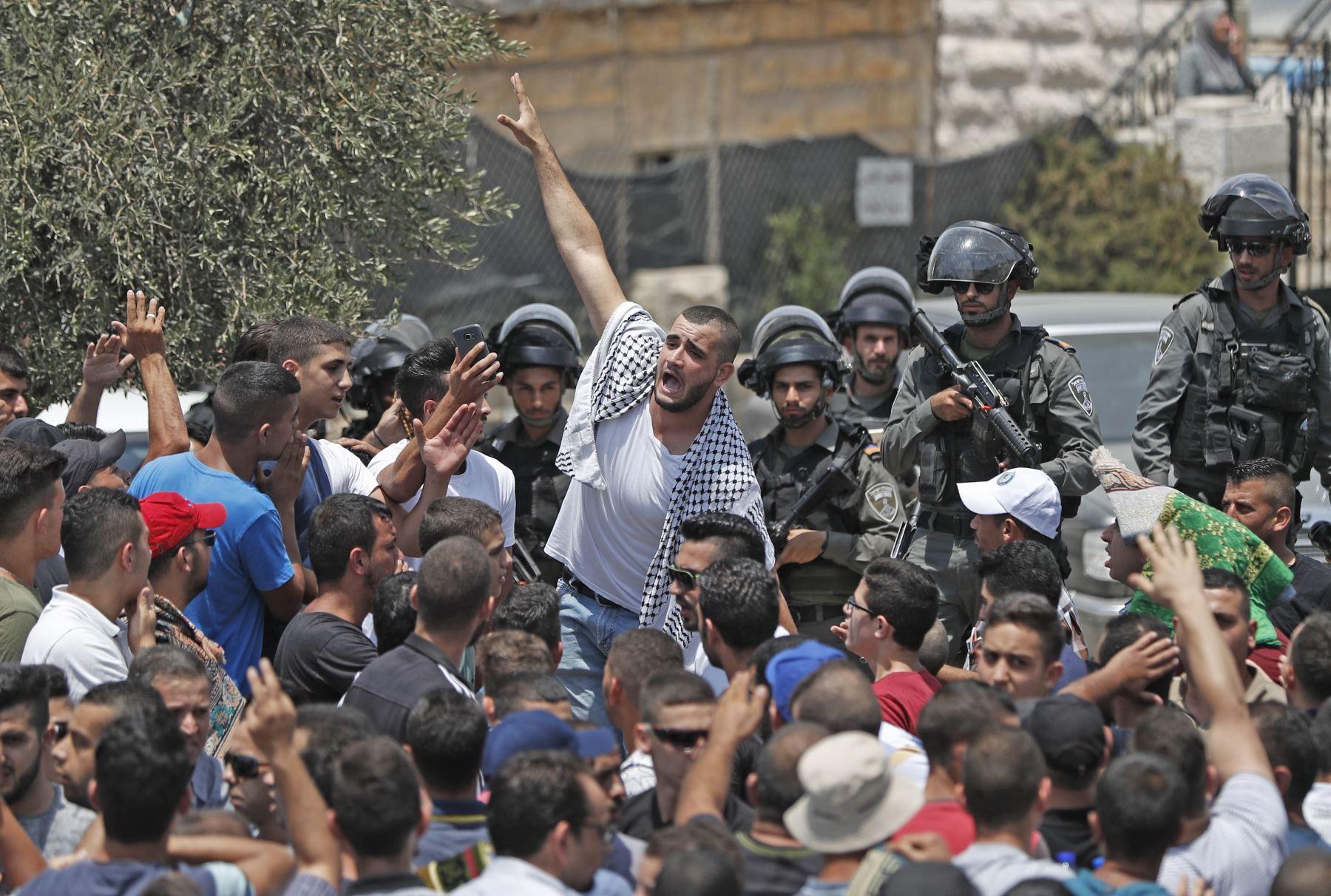 Enfrentamientos en la Ciudad Vieja de Jerusalén después de que la policía israelí prohibiera a los hombres menores de 50 años entrar a la ciudad para las oraciones musulmanas. Foto: AFP
