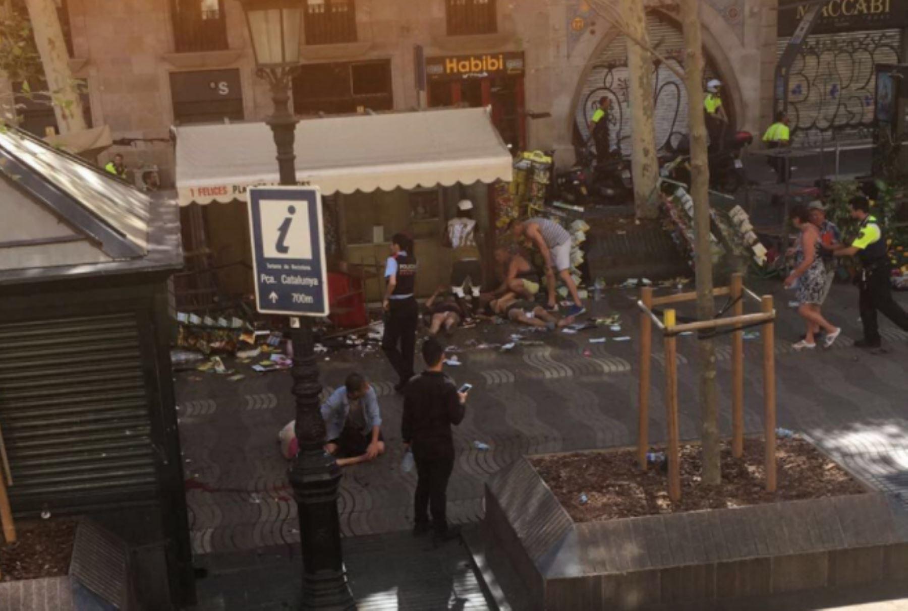 Una furgoneta atropelló una multitud, matando a 13 personas e hiriendo a más de 80 en la Rambla de Barcelona. Foto: Twitter