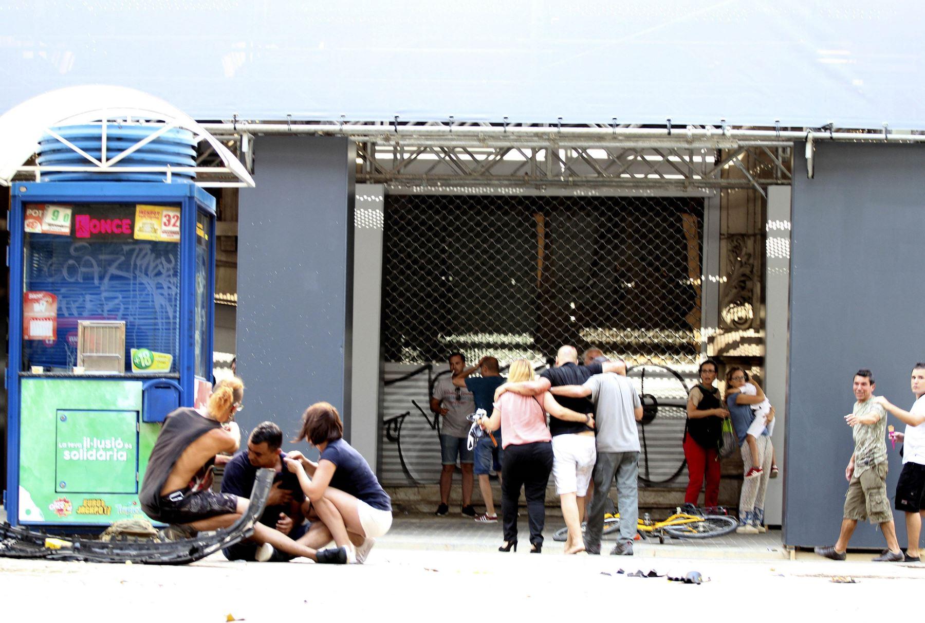 Una furgoneta atropelló a varias personas que paseaban por las Ramblas de Barcelona. Foto: EFE