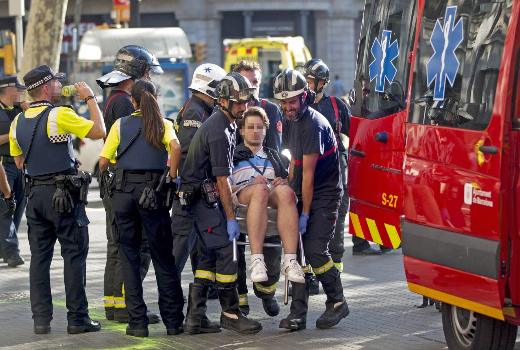 Traslado de heridos por el atentado ocurrido hoy en las Ramblas de Barcelona. Foto: EFE