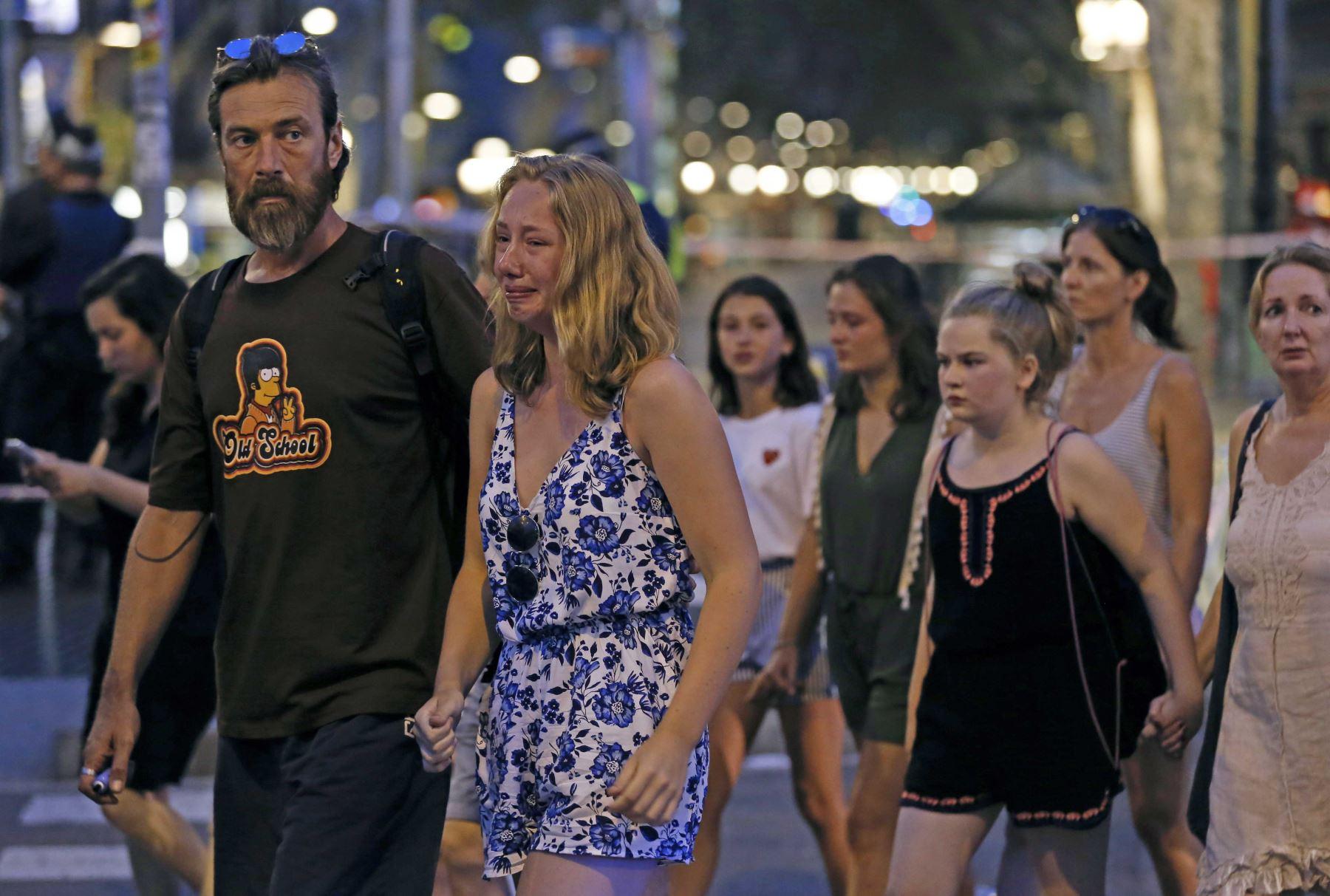Una mujer llora después que una furgoneta atropelló una multitud, matando a 13 personas e hiriendo a más de 80 en la Rambla de Barcelona. Foto: AFP