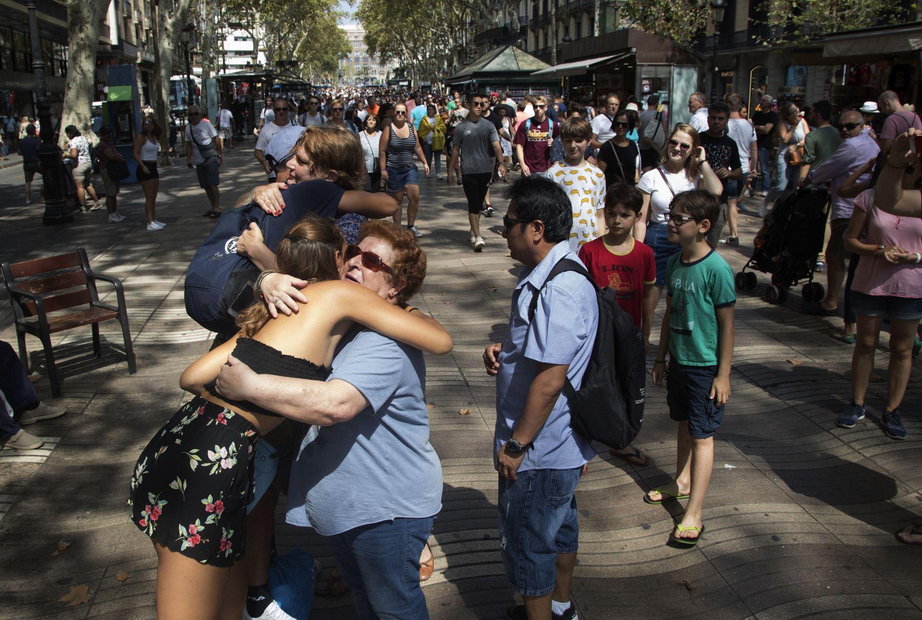 Gestos de homenaje y mensajes de apoyo a las víctimas del atentado  en las Ramblas de Barcelona. vuelven a la normalidad. Foto: EFE