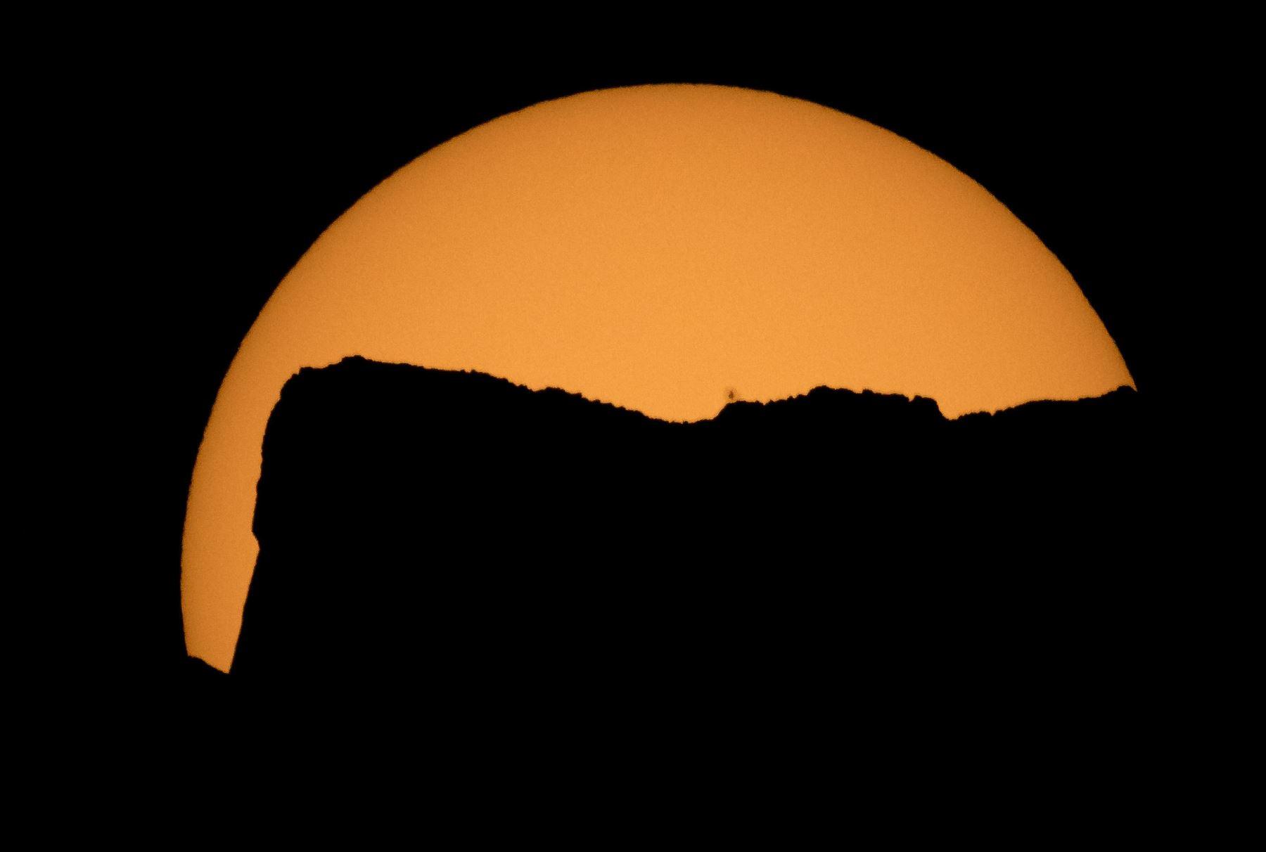 Eclipse solar, se observa en  el Lago Ross, del Parque Nacional de las Cascadas del Norte, Washington.Foto .AFP