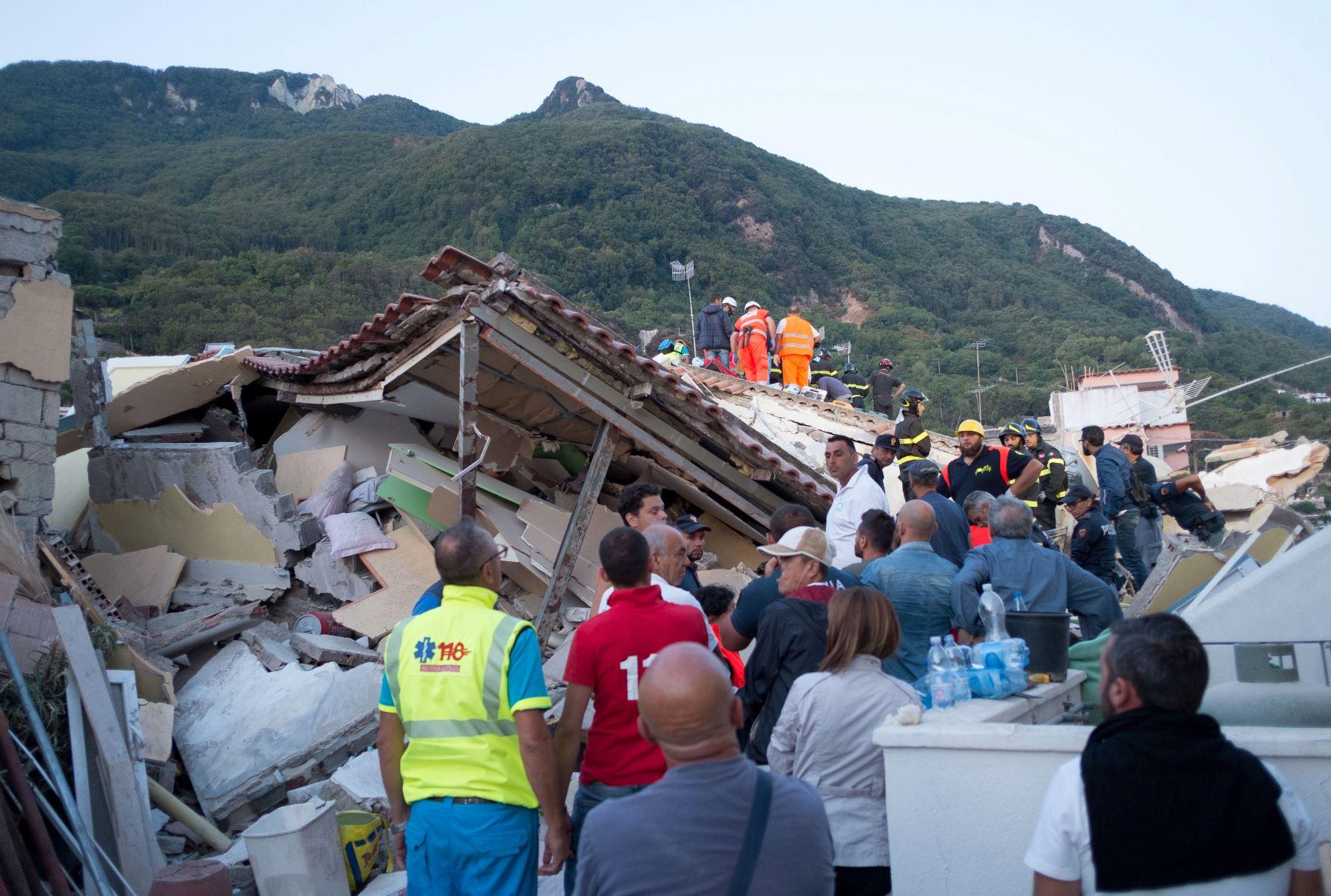 Bomberos buscan sobrevivientes a través de los escombros de una casa derrumbada en Ischia,después del  terremoto  que golpeó la popular isla turística italiana.Foto:AFP