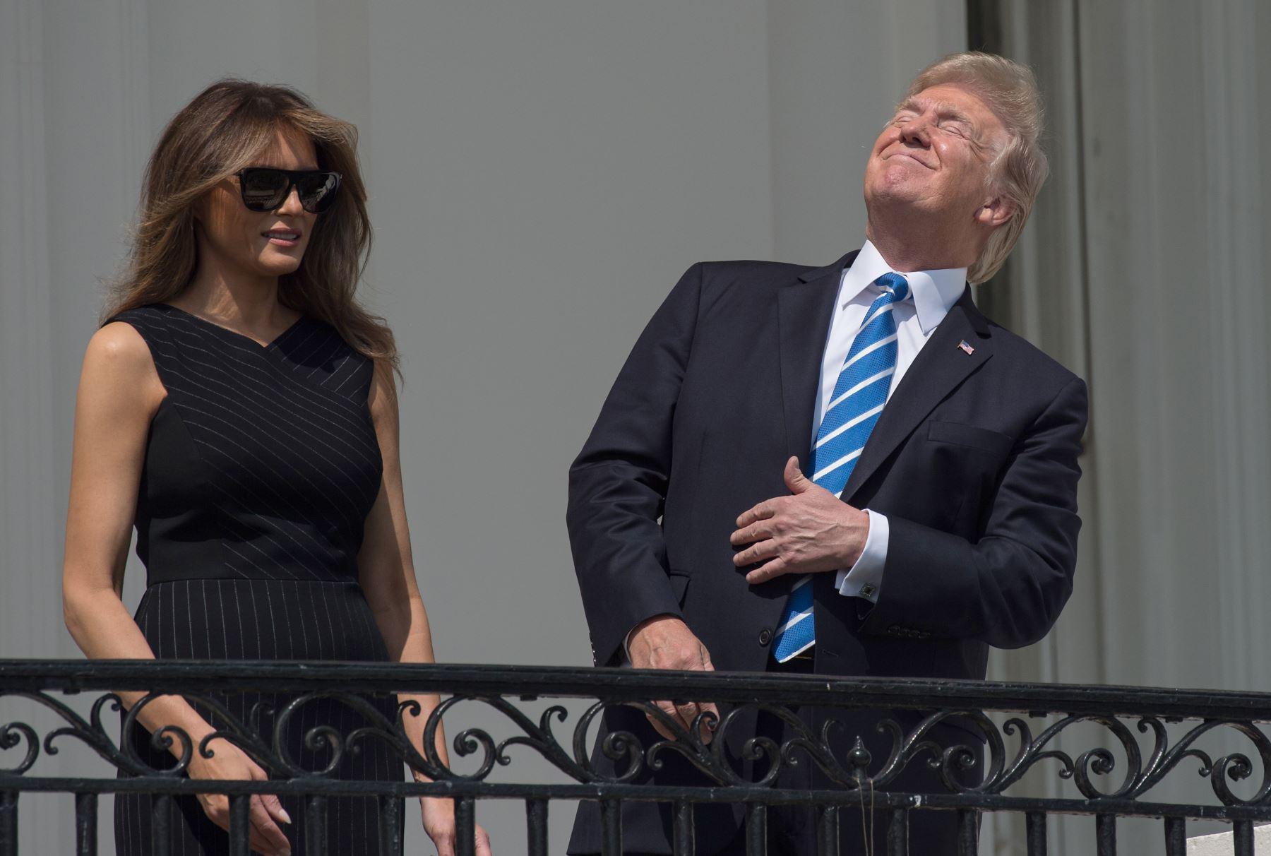 Presidente Donald Trump, busca el eclipse solar parcial desde el balcón de la Casa Blanca en Washington.Foto:AFP