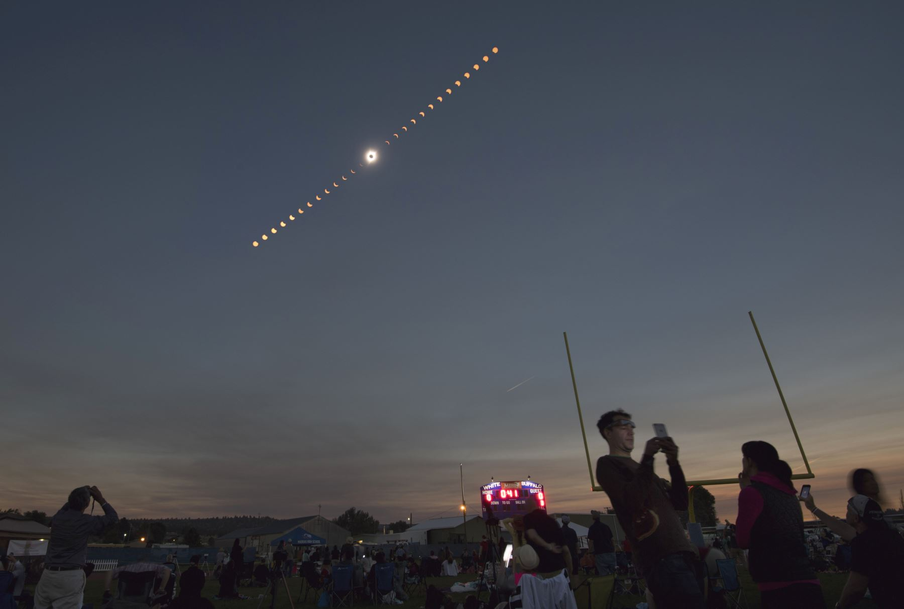 Una imagen compuesta del eclipse solar total visto del observatorio de Lowell  en Madras, Oregon.Foto:AFP
