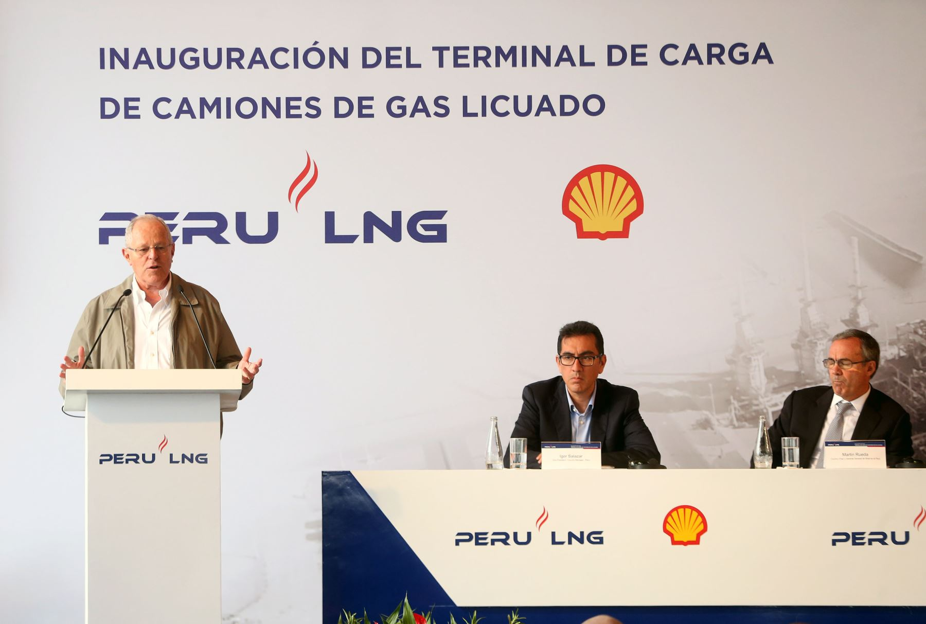 Kuczynski inaugura sistema de carga de camiones que for Portal del instalador de gas natural