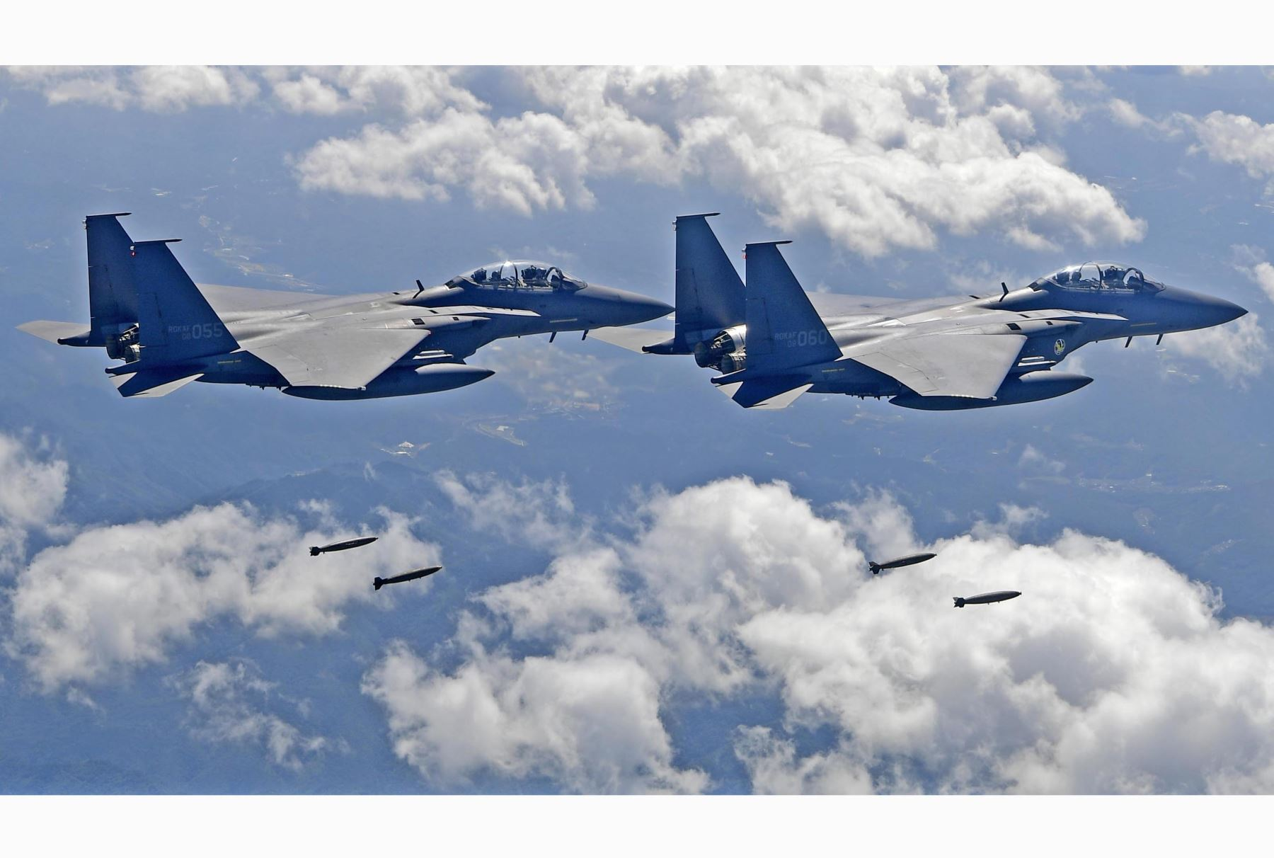 Cazas surcoreanos F-15K realizan un simulacro militar. Foto: AFP