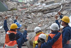 Rescatistas buscan sobrevivientes en medio de los escombros de un edificio tras el terremoto de magnitud 7.1 en México. Foto: AFP