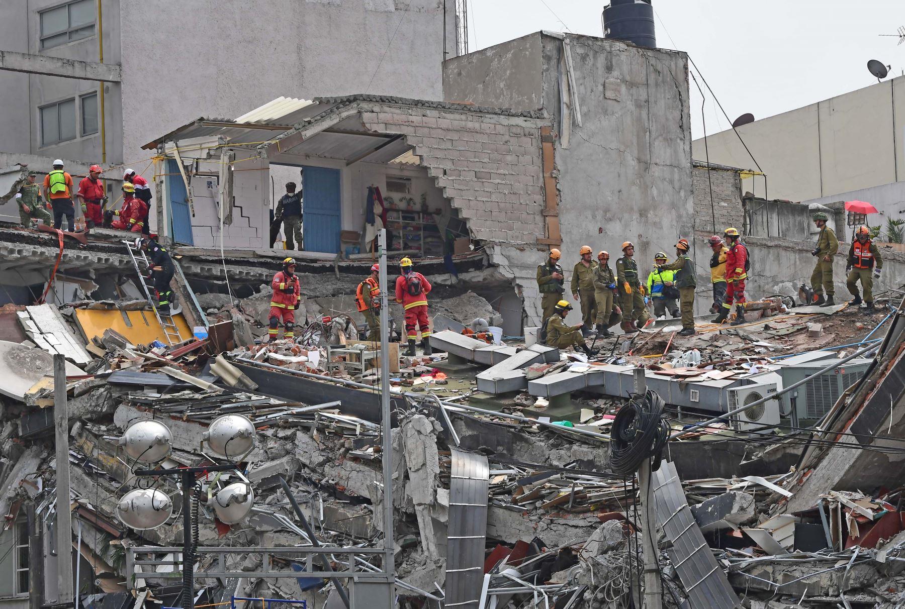 21/09/2017   Rescatistas de México e Israel buscan sobrevivientes en un edificio en la ciudad de México. Foto: AFP