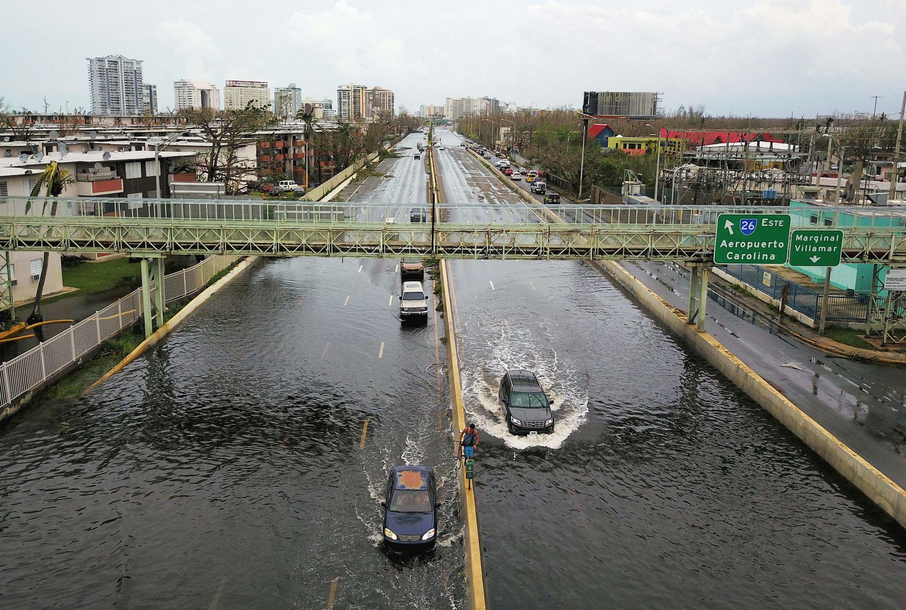 """Los automóviles pasan por un camino inundado después del huracán María,""""la tormenta más devastadora en un siglo"""" en San Juan, Puerto Rico.Foto:AFP"""