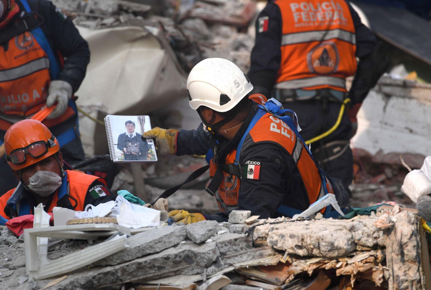 Un trabajador de rescate recupera objetos y pertenencias que pueden ayudar a identificar víctimas durante la búsqueda de sobrevivientes y cadáveres en la Ciudad de México.Foto:AFP