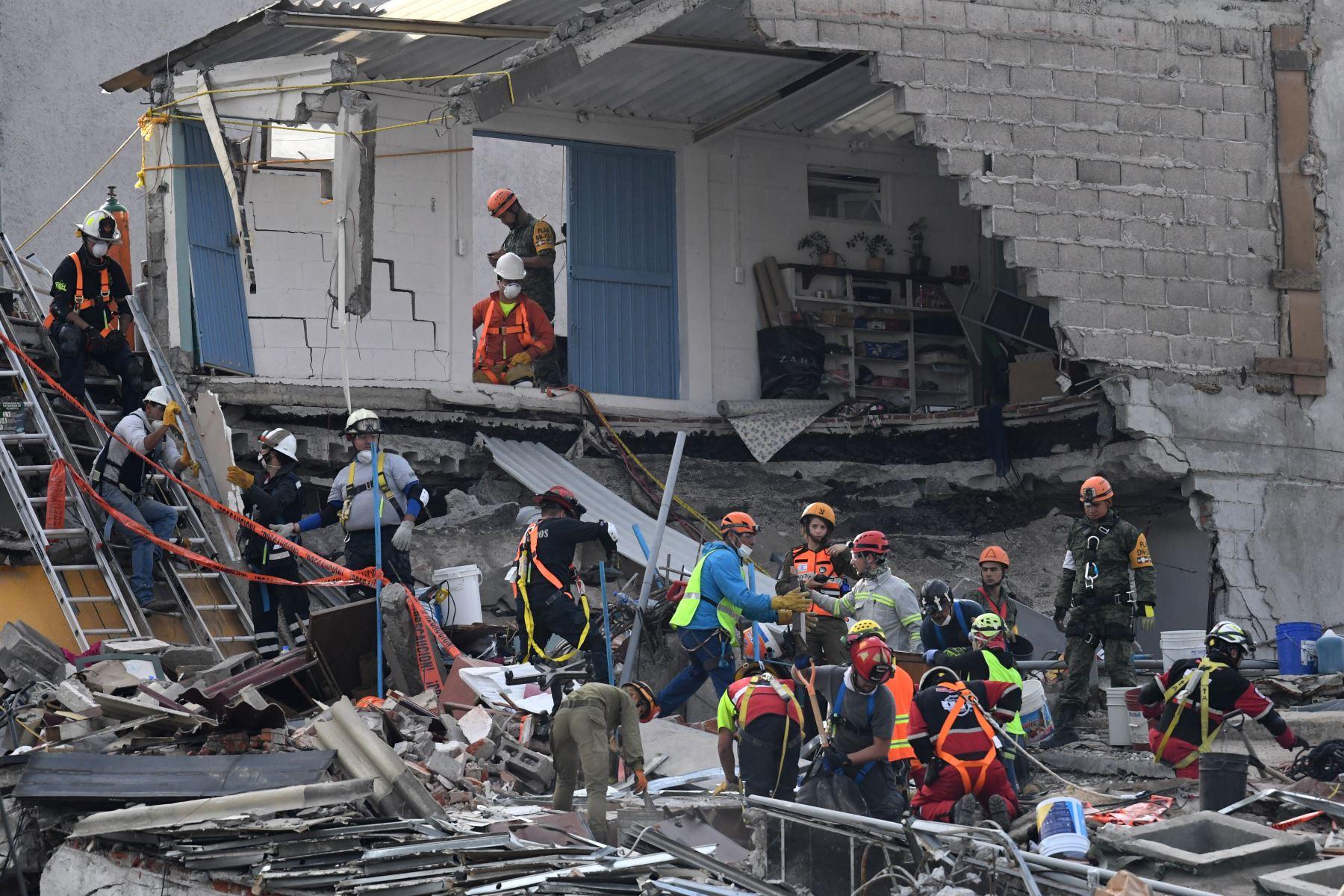 Los rescatistas buscan sobrevivientes del terremoto en la Ciudad de México.Foto:AFP