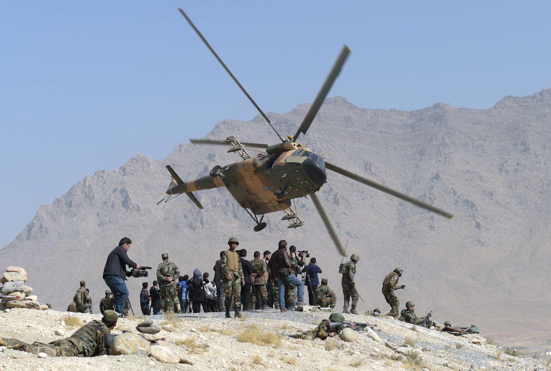 Un helicóptero Mi-17 de la Fuerza Aérea afgana vuela durante un ejercicio militar en Kabul. Foto: AFP