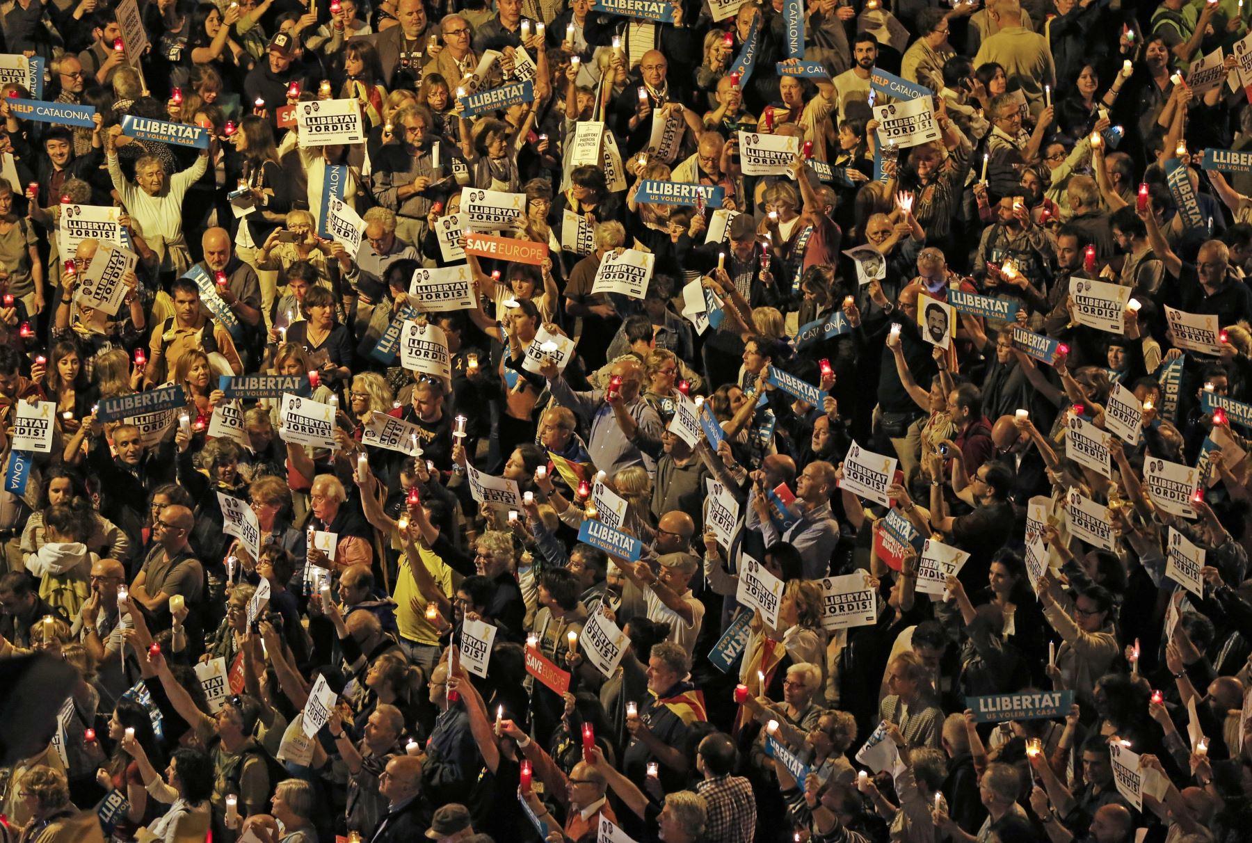 Miles de personas salieron a las calles de Barcelona para exigir la libertad de dos líderes separatistas catalanes. Foto: AFP