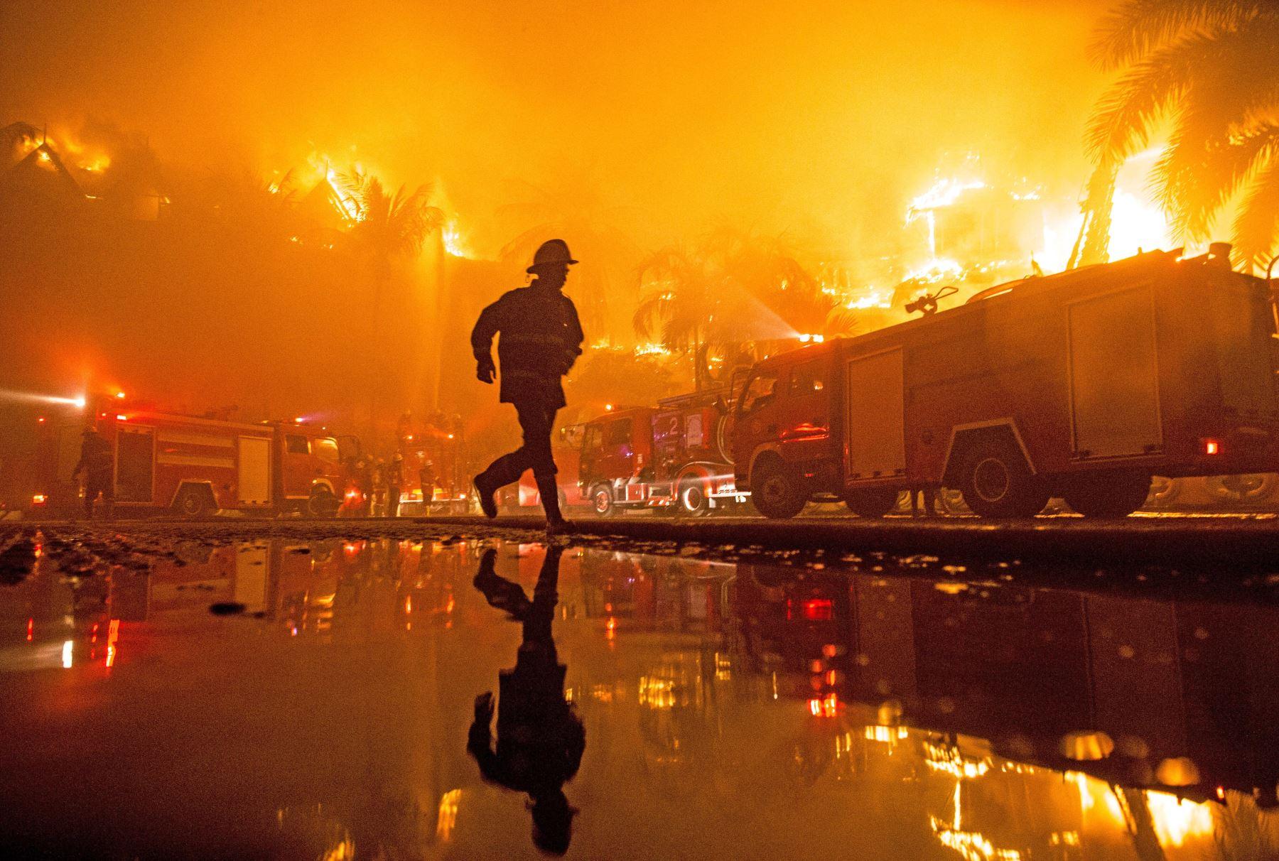 Un bombero extingue un incendio en el hotel Kandawgyi Palace en Myanmar. Foto: AFP