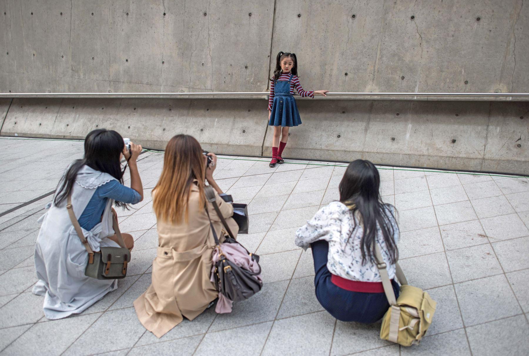 Una niña posa para fotógrafos durante la Semana de la Moda de Seúl. Foto: AFP