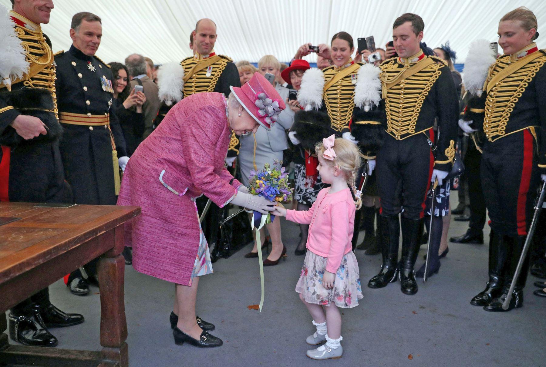 La reina Isabel II de Gran Bretaña recibe un ramillete en el 70 aniversario en Hyde Park, en el centro de Londres. Foto: AFP