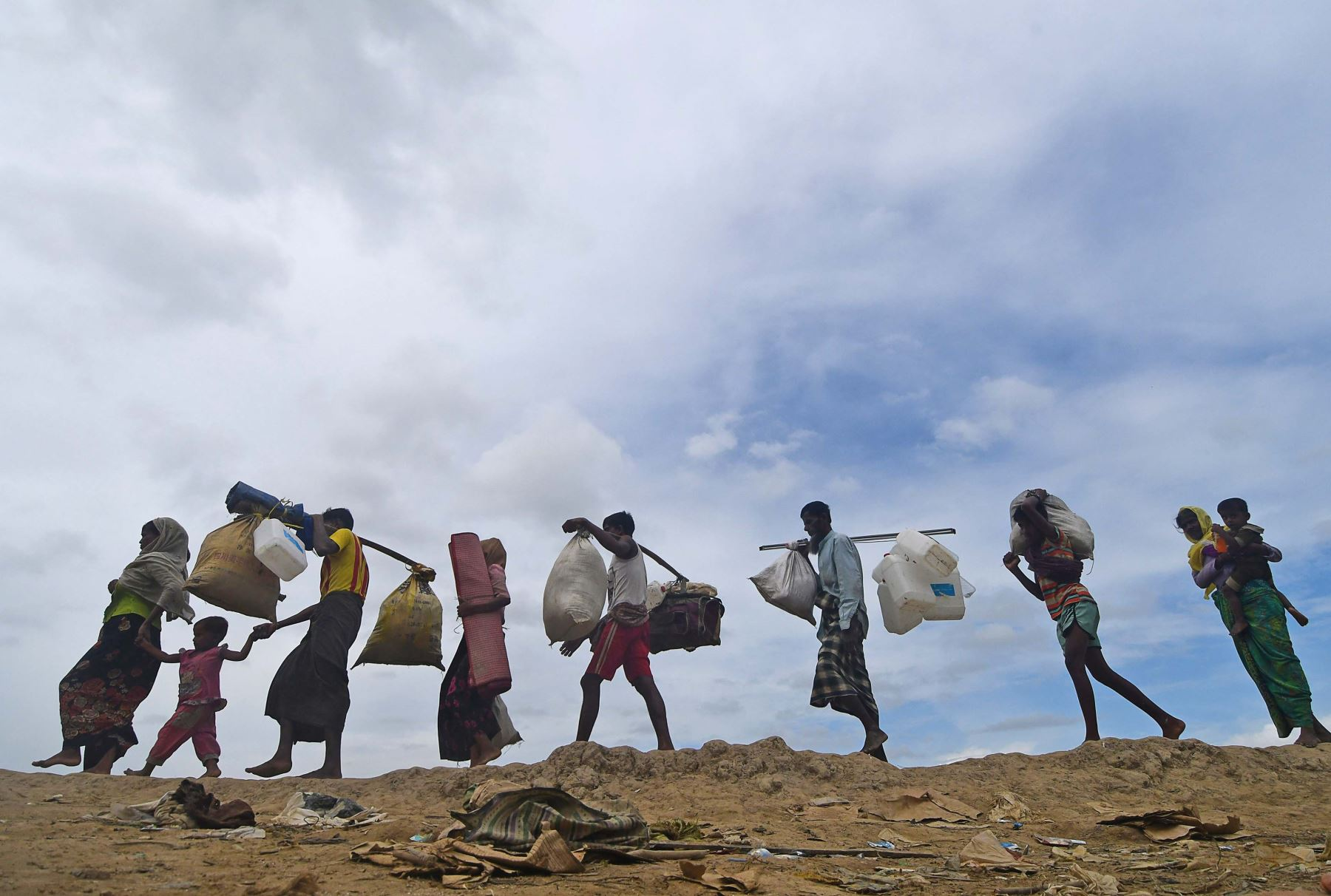 Refugiados rohingya caminan entre Bangladesh y Myanmar. Foto: AFP