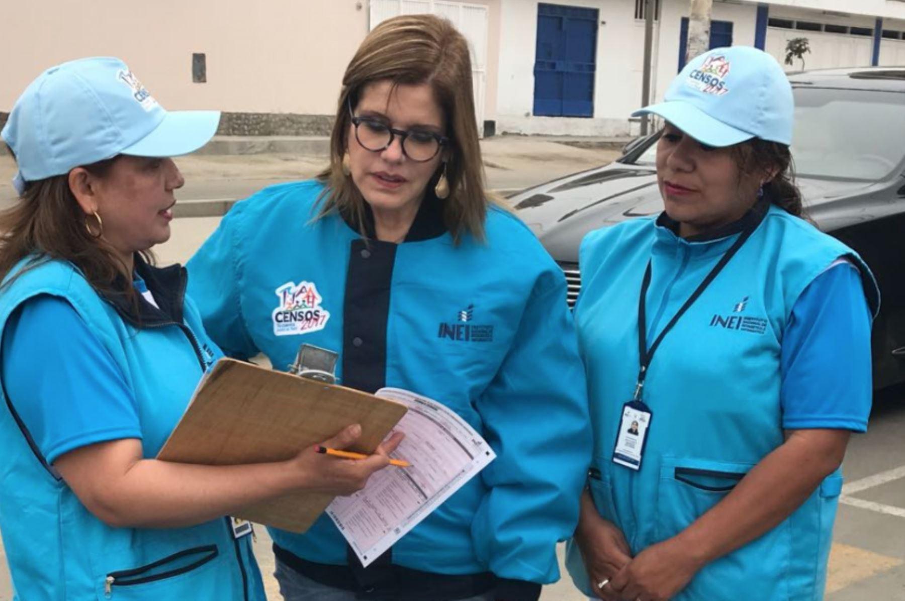 Premier Mercedes Aráoz apoya trabajo de empadronadores en Punta Hermosa.