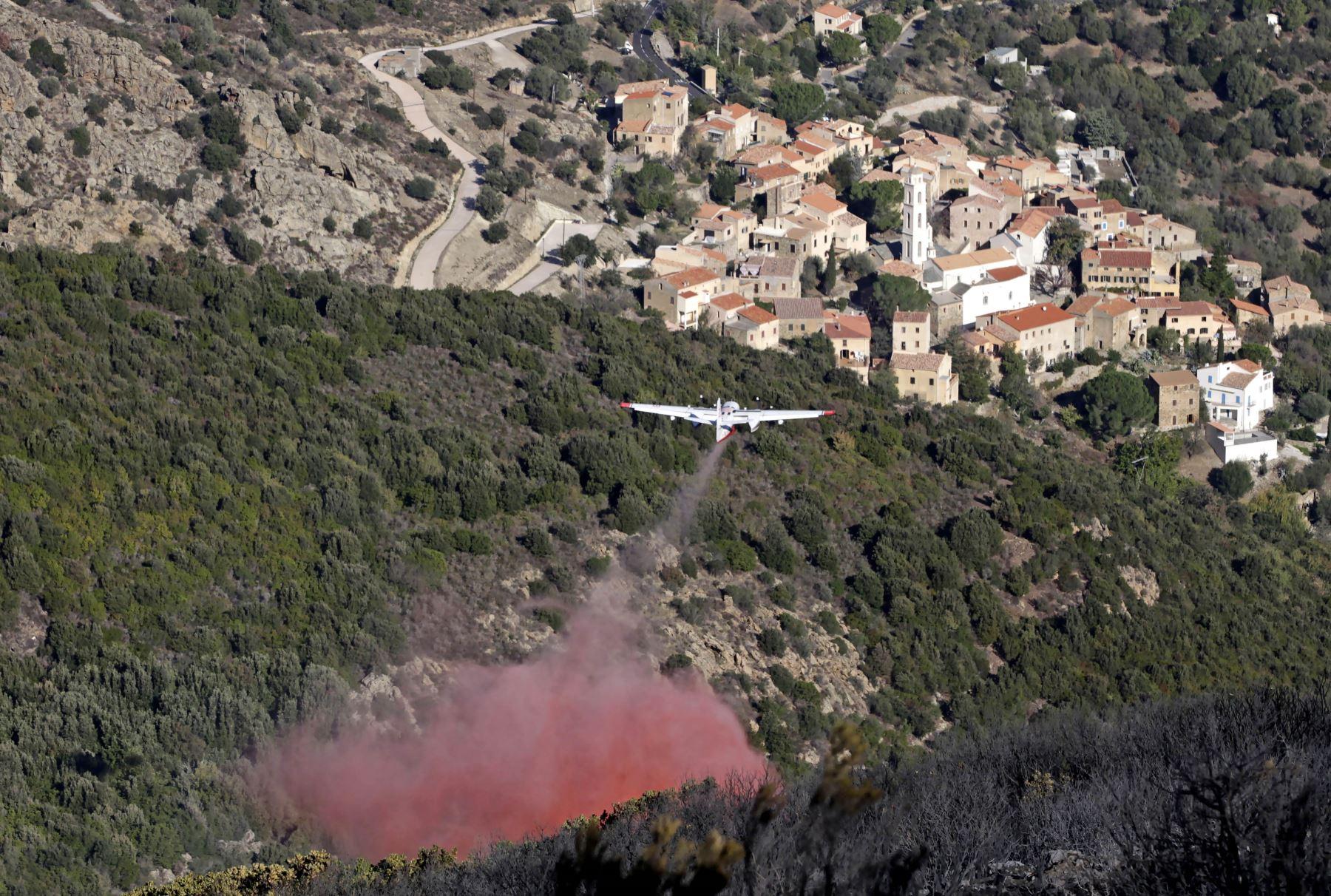 Un avión contra incendios vuela sobre en un incendio forestal en la isla mediterránea francesa de Córcega.Foto: AFP